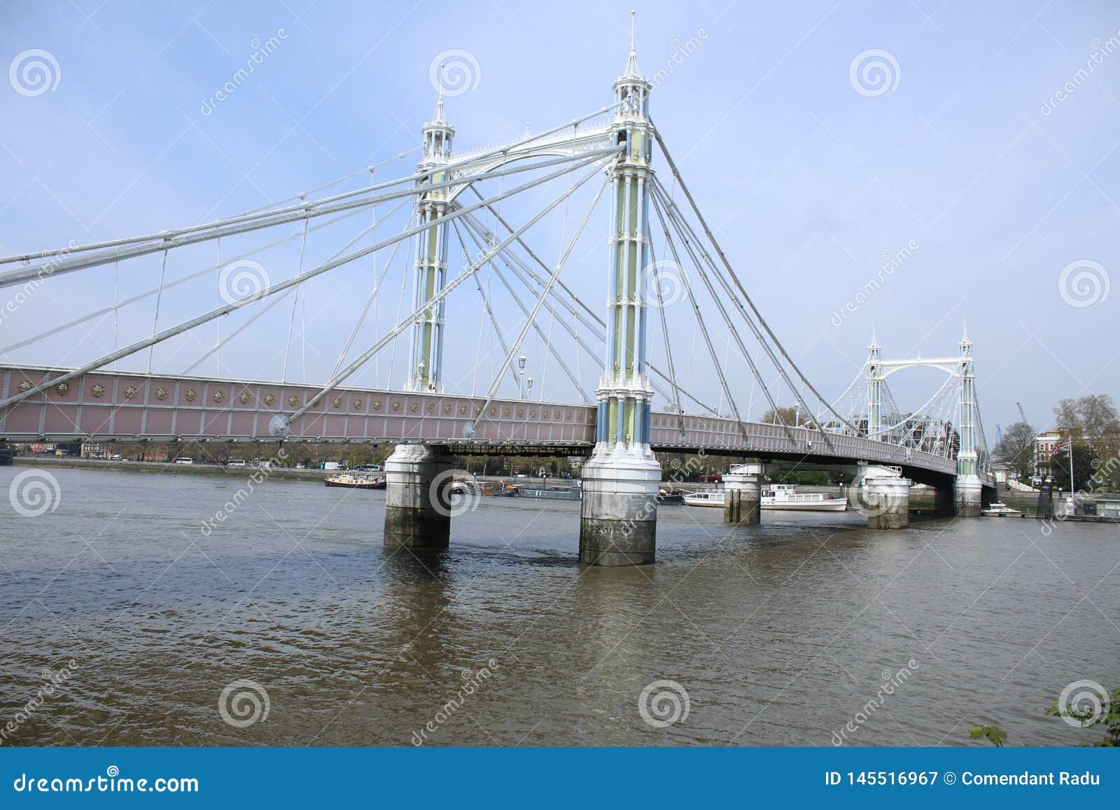 Мост около парка Battersea В типичном дне