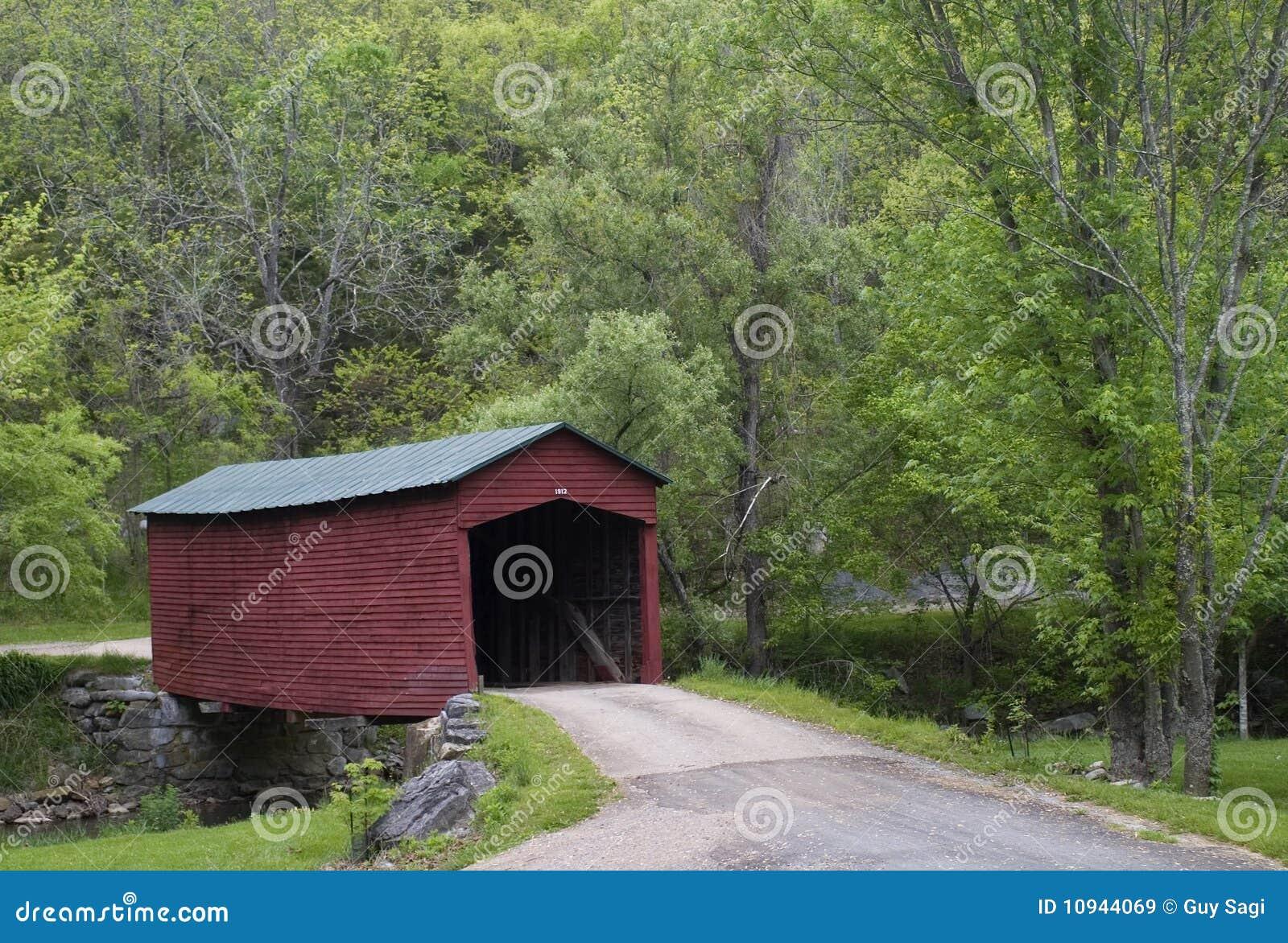 мост покрыл красный цвет
