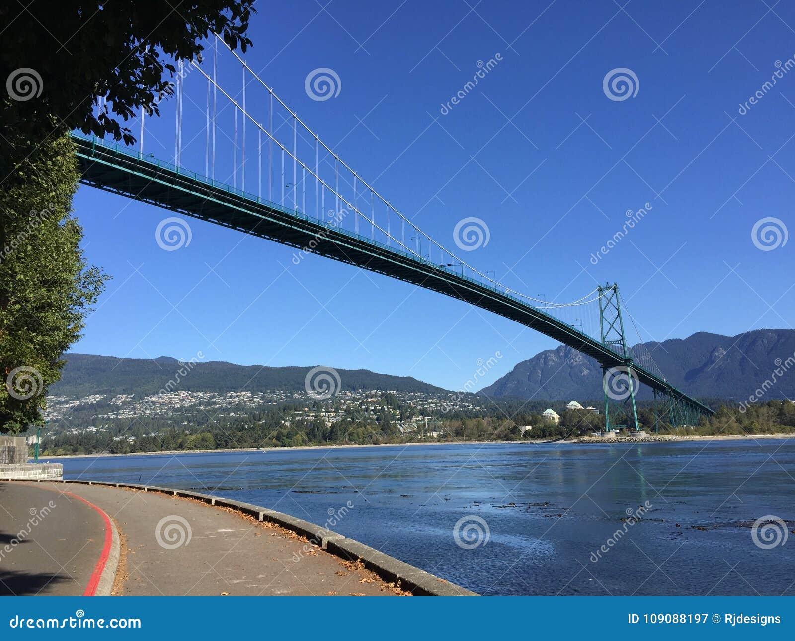 Мост строба львов осмотренный от морской дамбы парка Стэнли