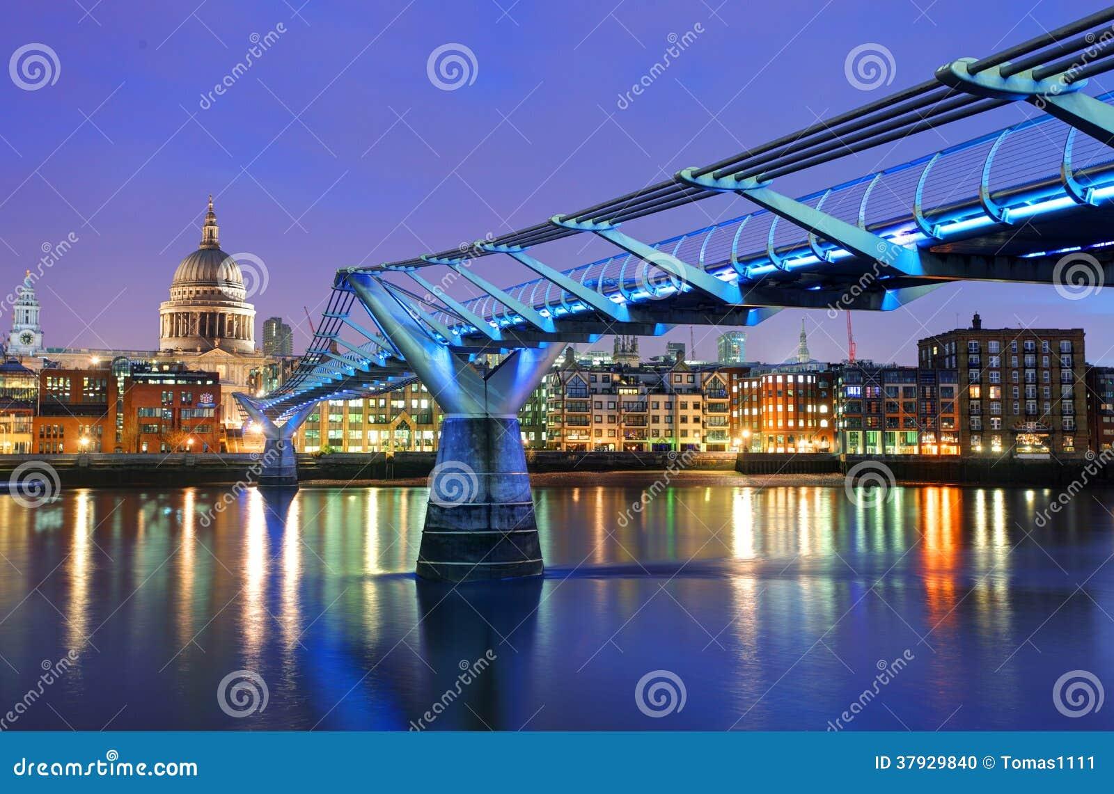 Мост тысячелетия и собор St Paul, Лондон, Великобритания