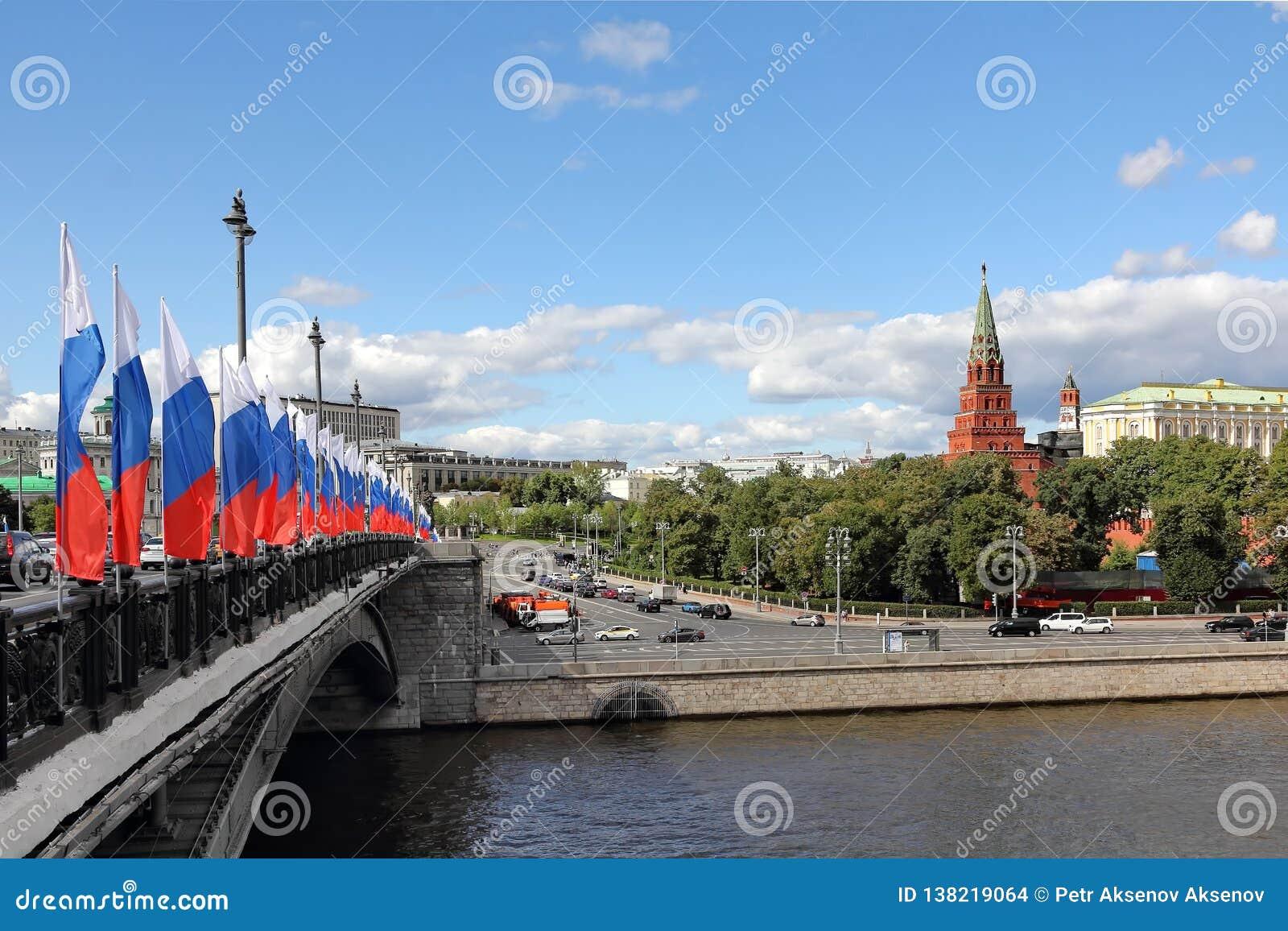 Мост Bolshoy Kamenny, река Москвы и Москва Кремль