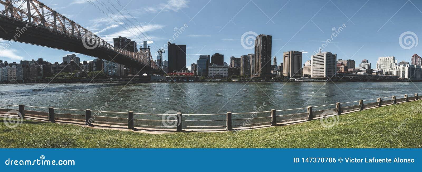 Мост Ed Koch Queensboro между островом Рузвельта и Манхэттеном