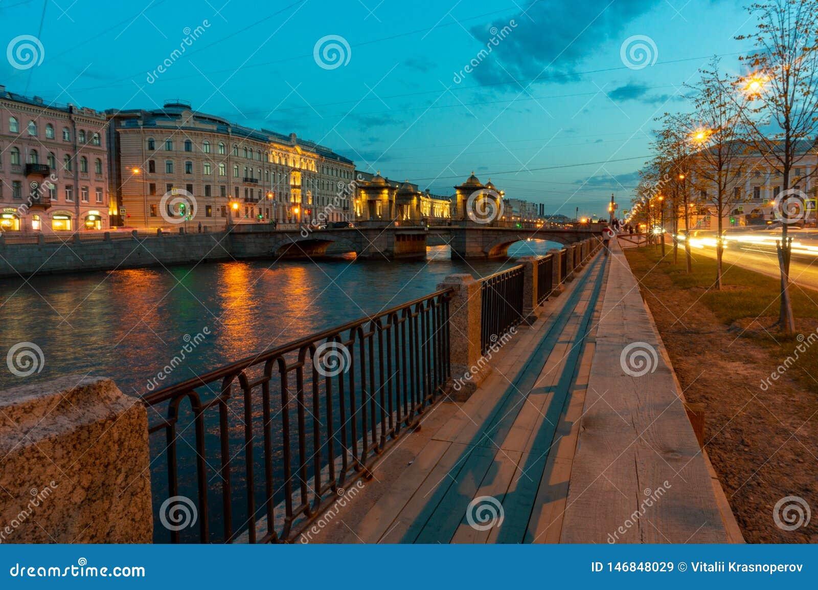 Мост Lomonosov через реку Fontanka в Санкт-Петербурге, России Исторический возвышанный передвижной мост, строит в XVIII веке