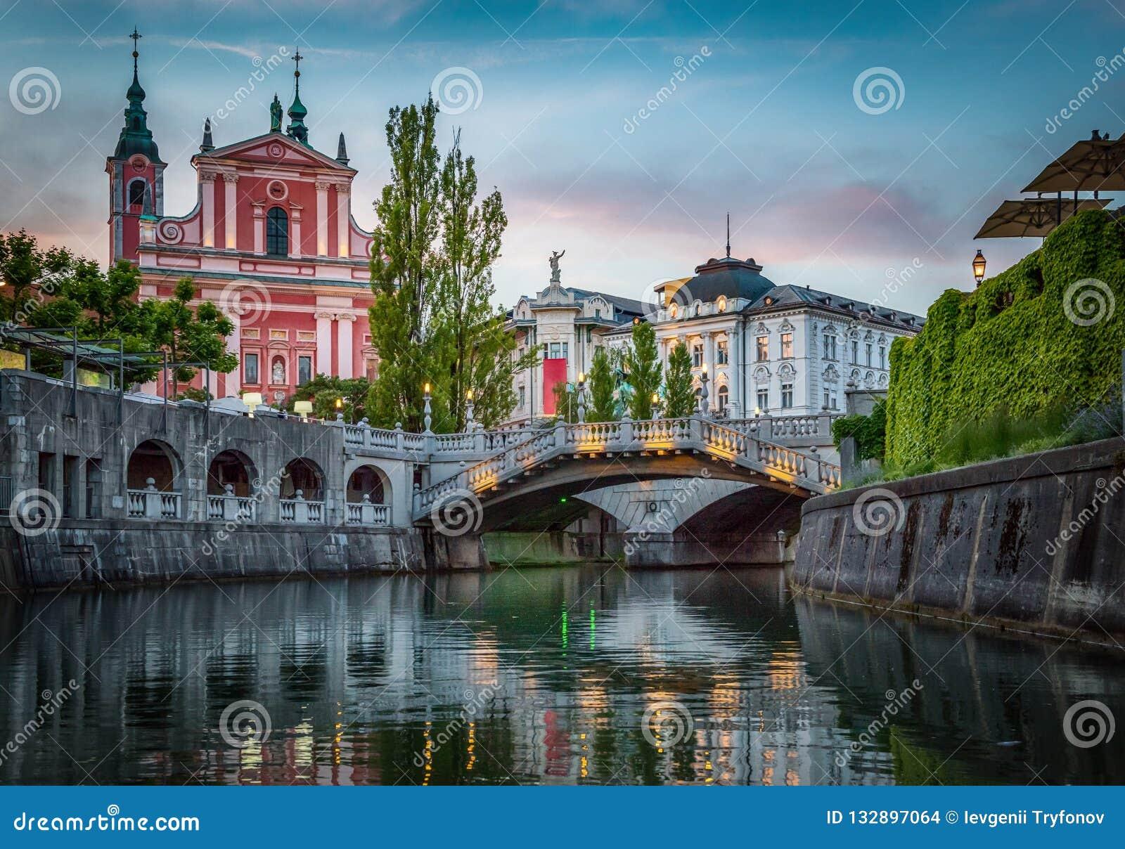 Мост Tromostovje и река Ljubljanica ljubljana Словения