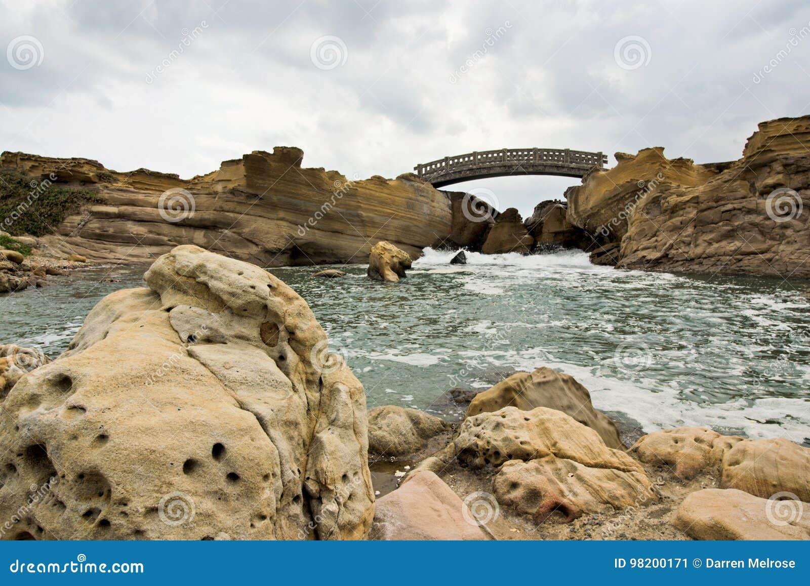 Download Мост Yehliu стоковое изображение. изображение насчитывающей берег - 98200171