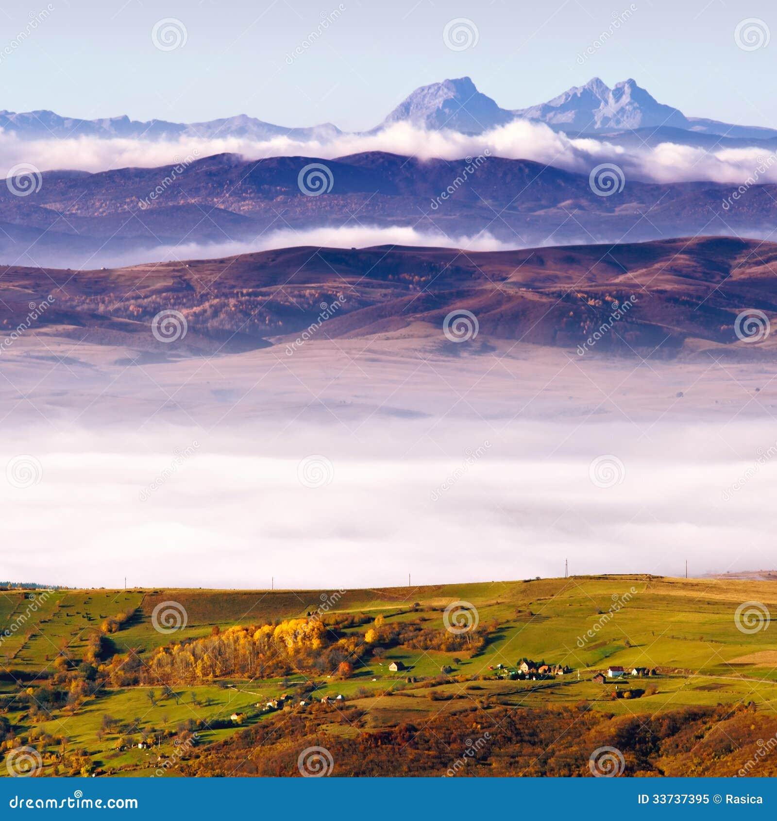 Мотивы горы сельские в предыдущем утре осени