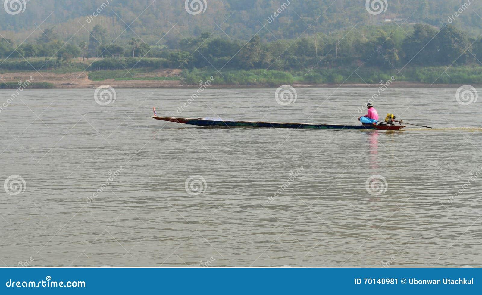 Моторка плавания лодочника в реке