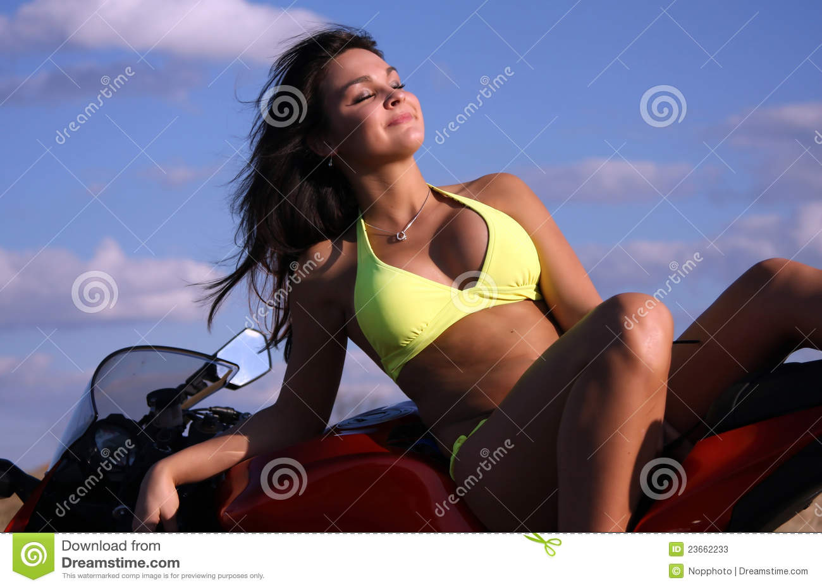 Девушки в мини бикини с мотоциклами скачать бесплатно фото 551-938