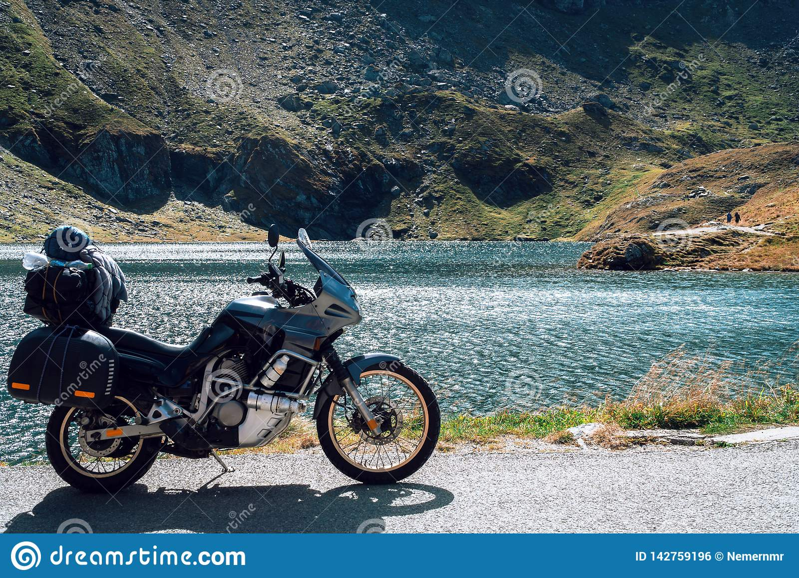 Мотоцикл приключения в горах осени Румынии Туризм Moto и образ жизни путешественников moto пока путешествующ Европа Озеро