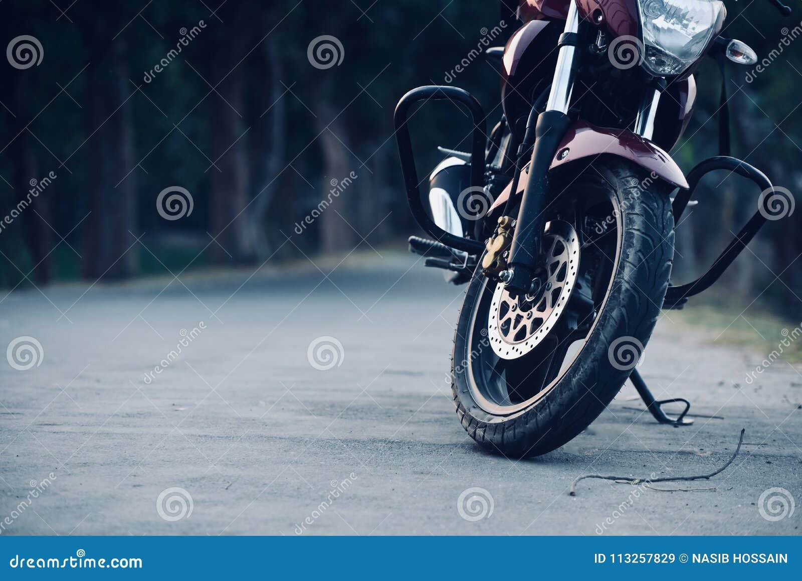 Мотоцилк припарковано на фото запаса дороги