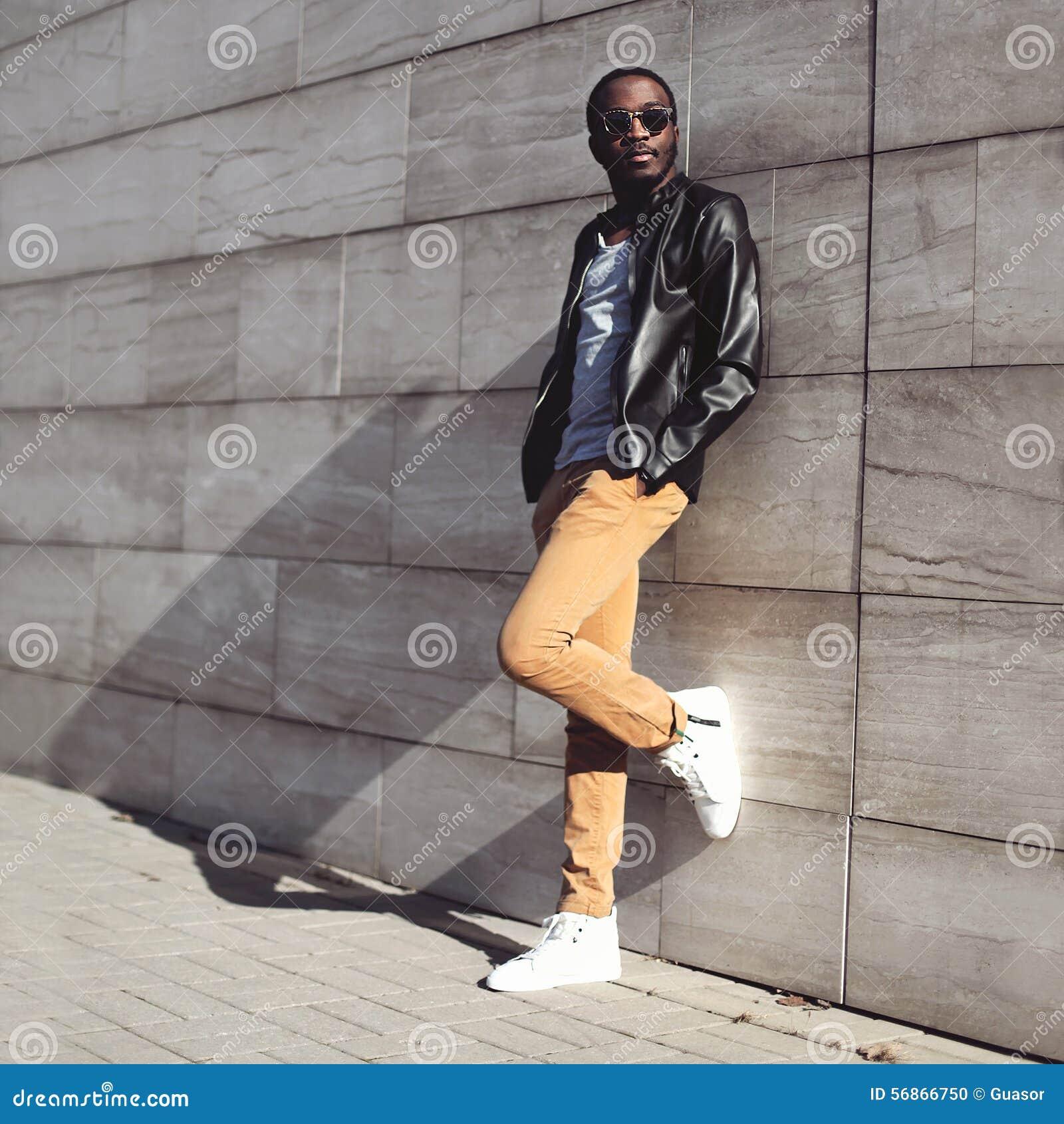 Мода улицы, стильный молодой африканский носить человека солнечные очки