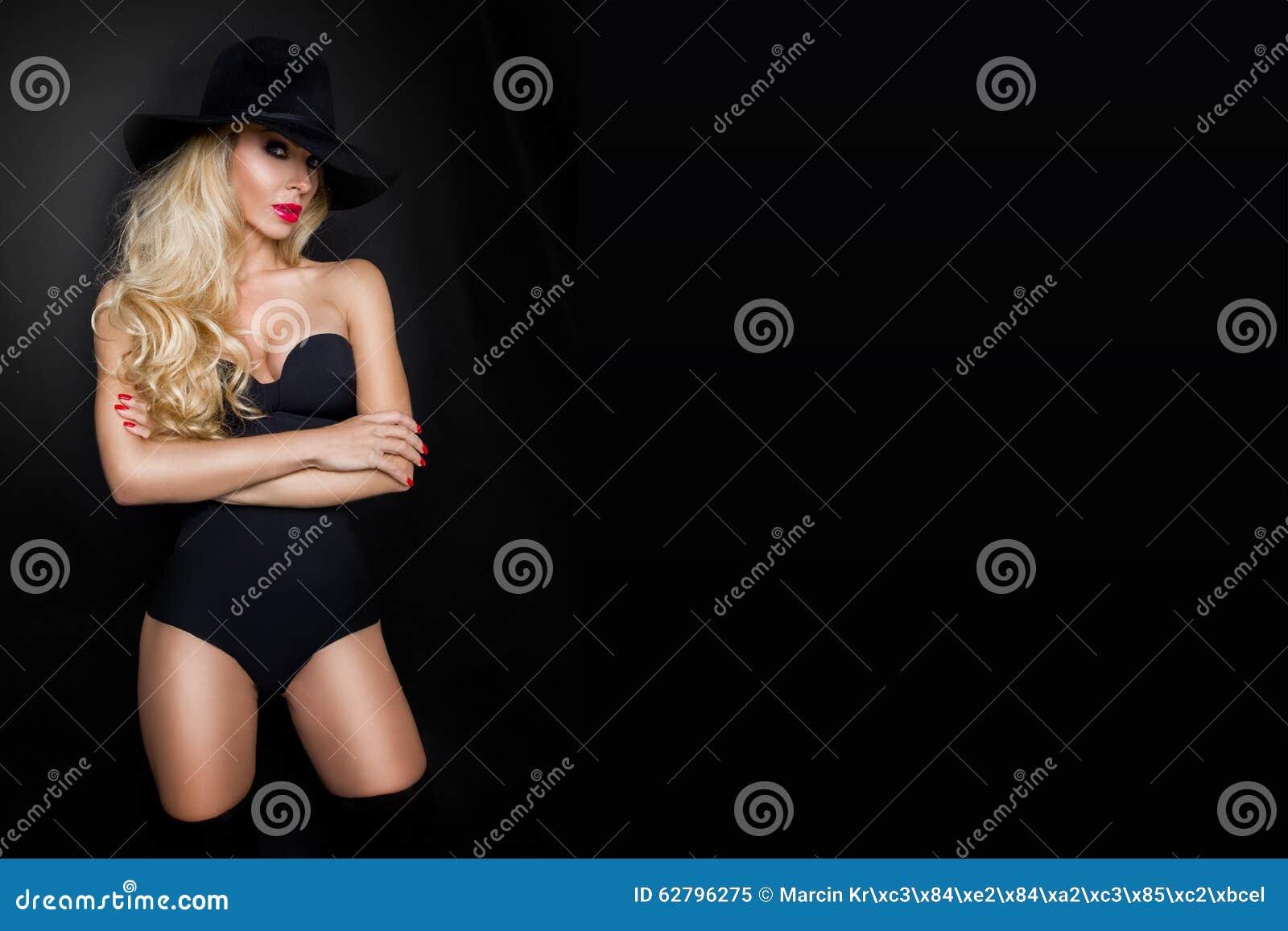 Тело девушки в шляпе