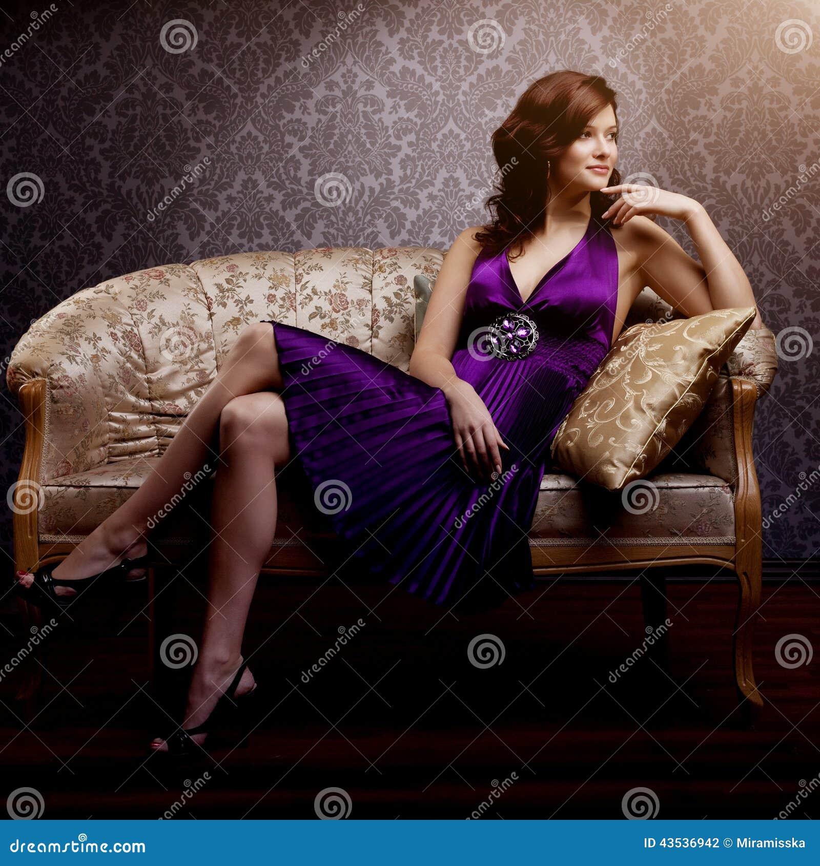 Модель моды роскошная в фиолетовом платье Молодая девушка стиля красоты B
