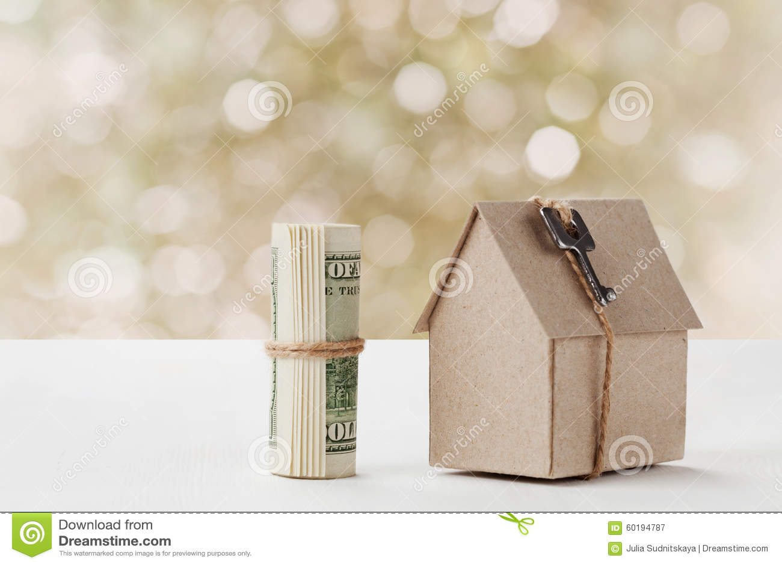 Модель дома картона с ключом и долларовыми банкнотами Жилищное строительство, заем, недвижимость, цена снабжения жилищем или прио