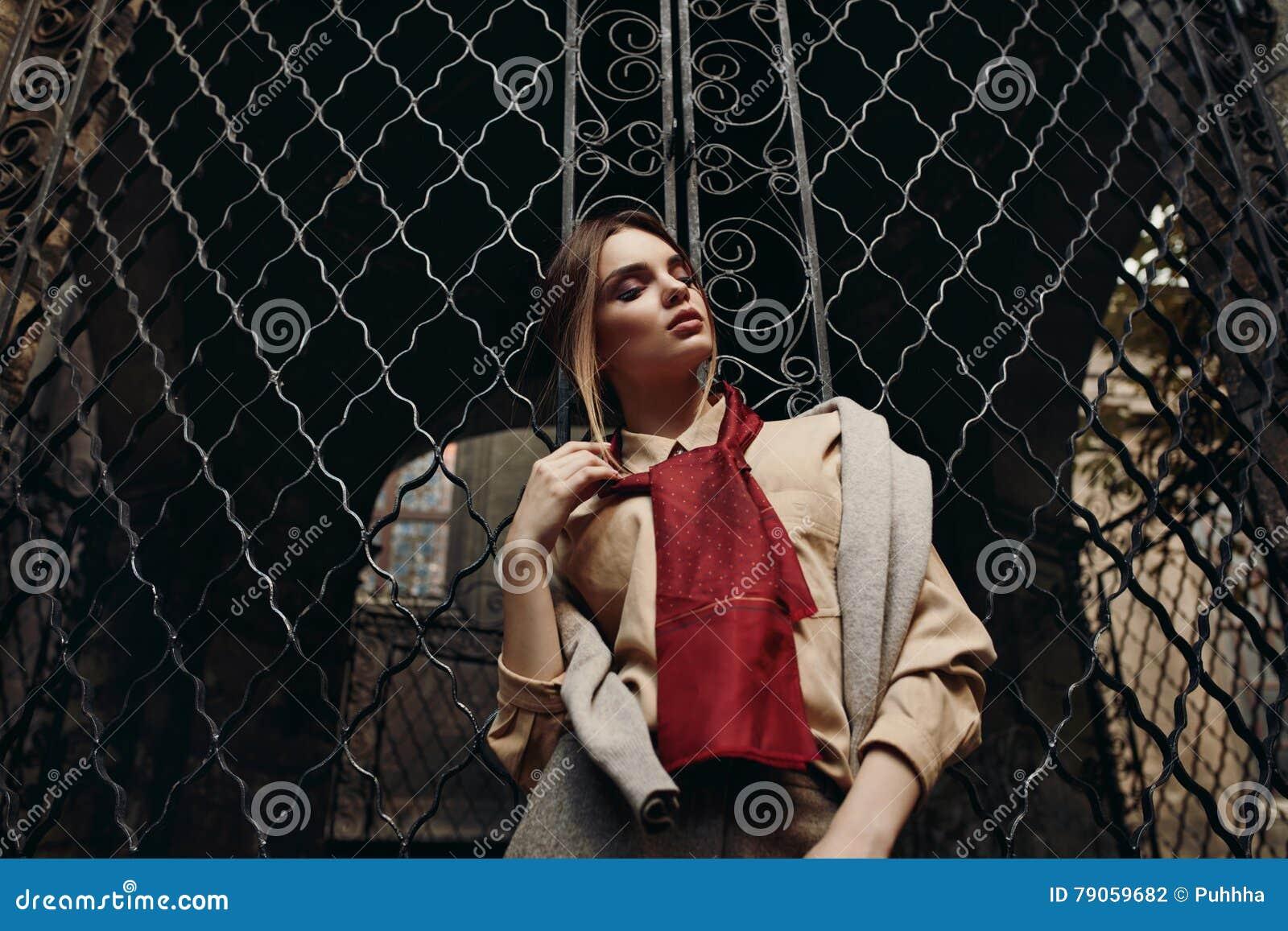 Модная женщина в одежде моды в улице модельное стильное