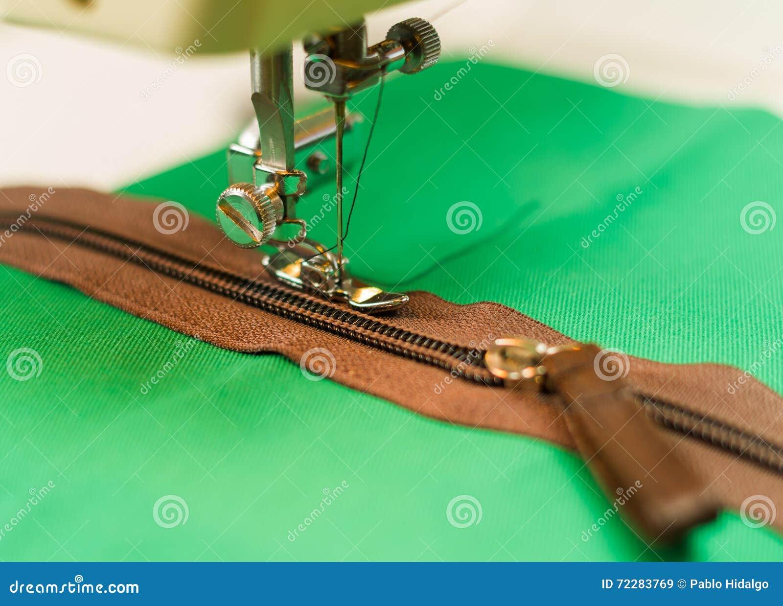 Download Молния Брайна с деталями золота на зеленой большой ткани, шить Machineon они Стоковое Изображение - изображение насчитывающей рука, green: 72283769