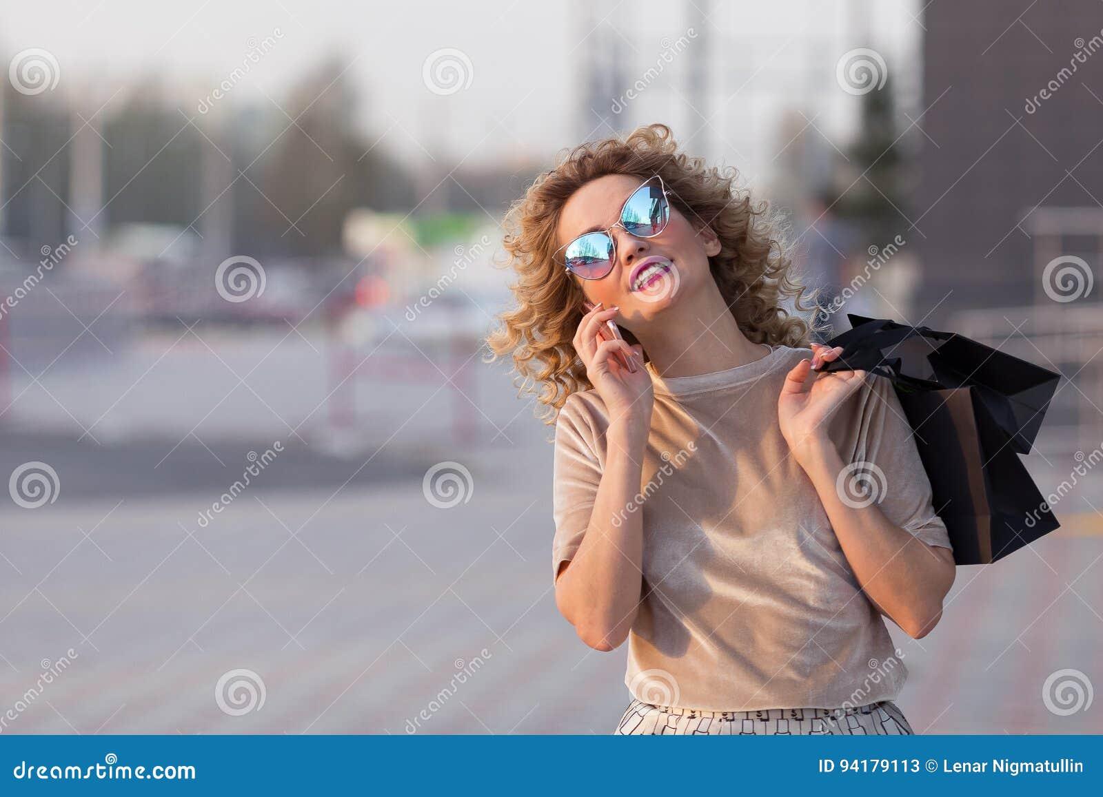 Модно одетая женщина на улицах