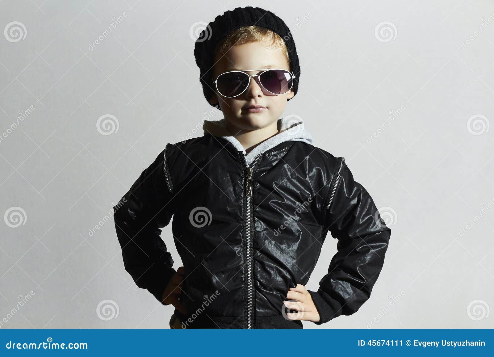 Модный мальчик в солнечных очках ребенок в черной крышке Тип зимы фасонируйте малышей