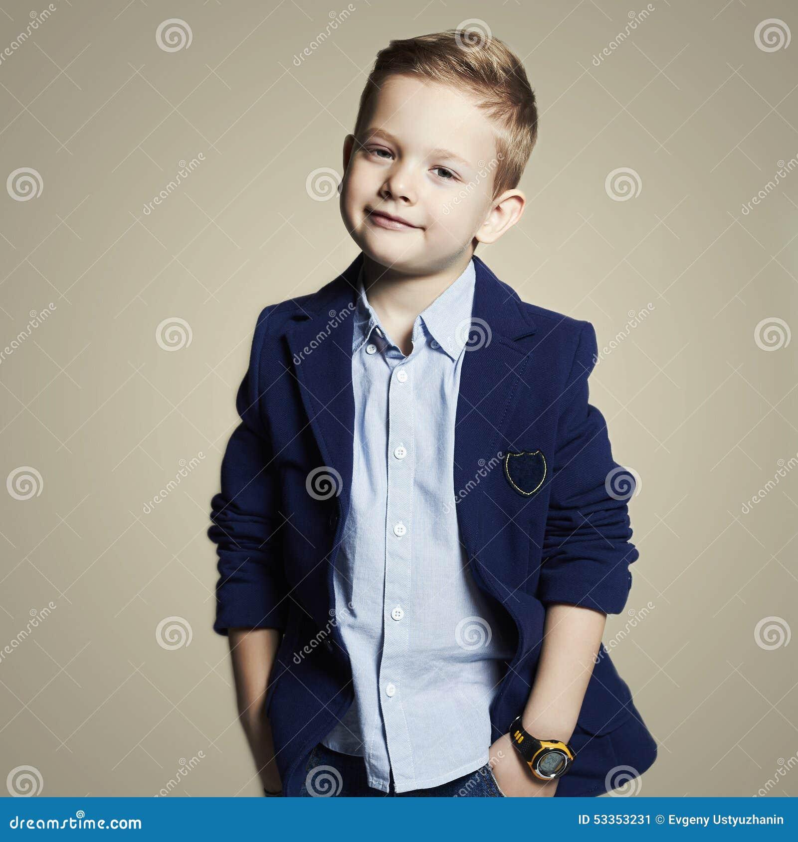 модный мальчик стильный ребенок в костюме Стоковое Изображение ... bdabdcfbacc
