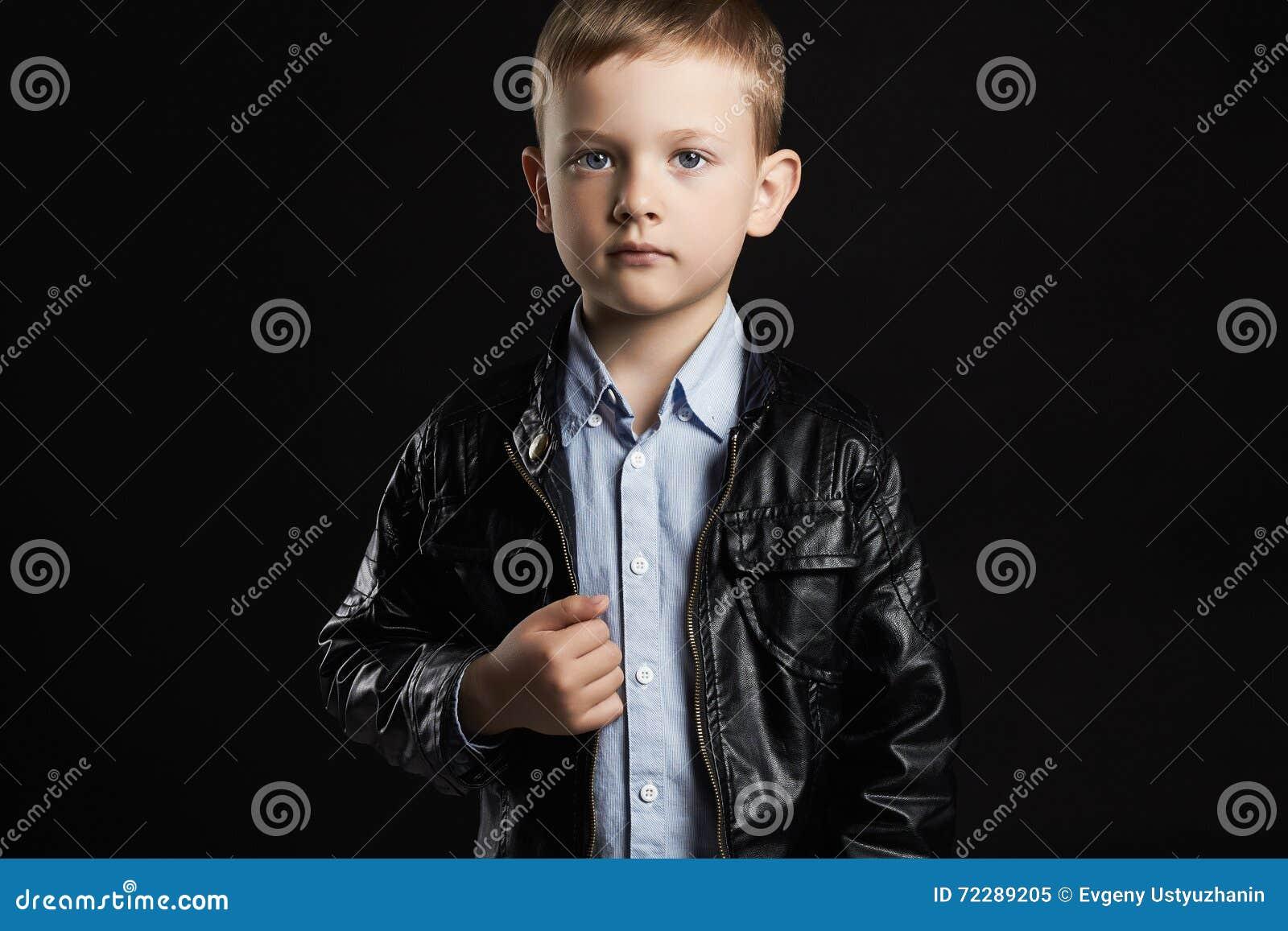 Download Модный ребенок в кожаном пальто Стильный мальчик смешные 6 лет старого ребенк Стоковое Изображение - изображение насчитывающей пальто, художничества: 72289205