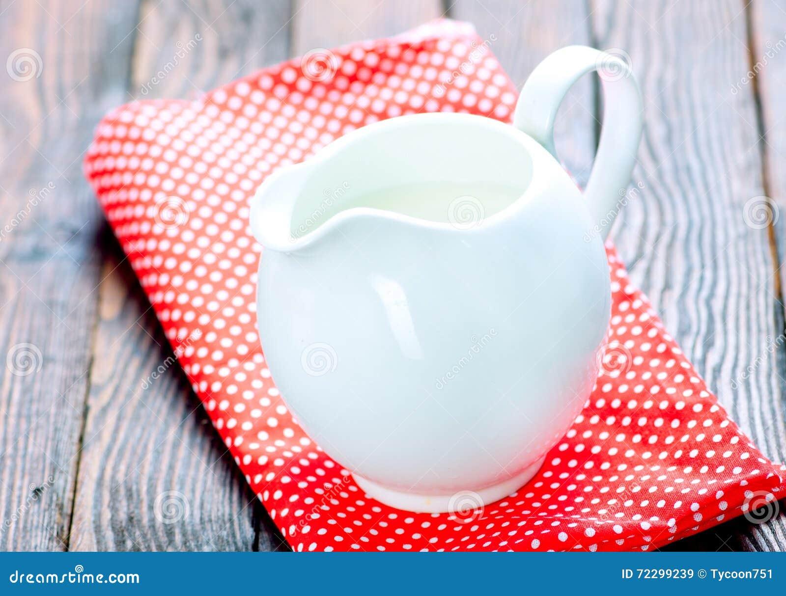 Download молоко кувшина стоковое изображение. изображение насчитывающей питье - 72299239