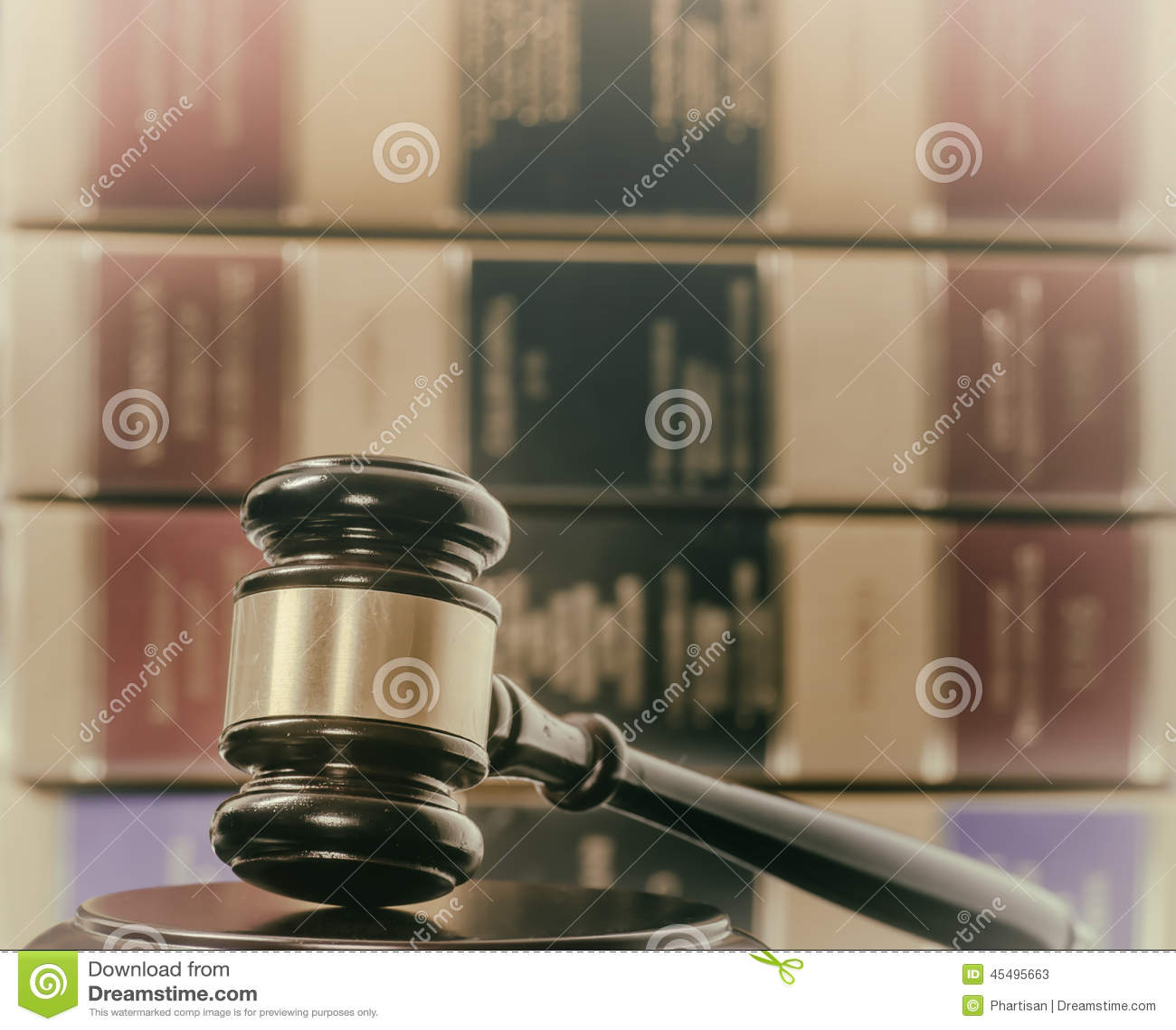 Молоток и книги по праву законной концепции