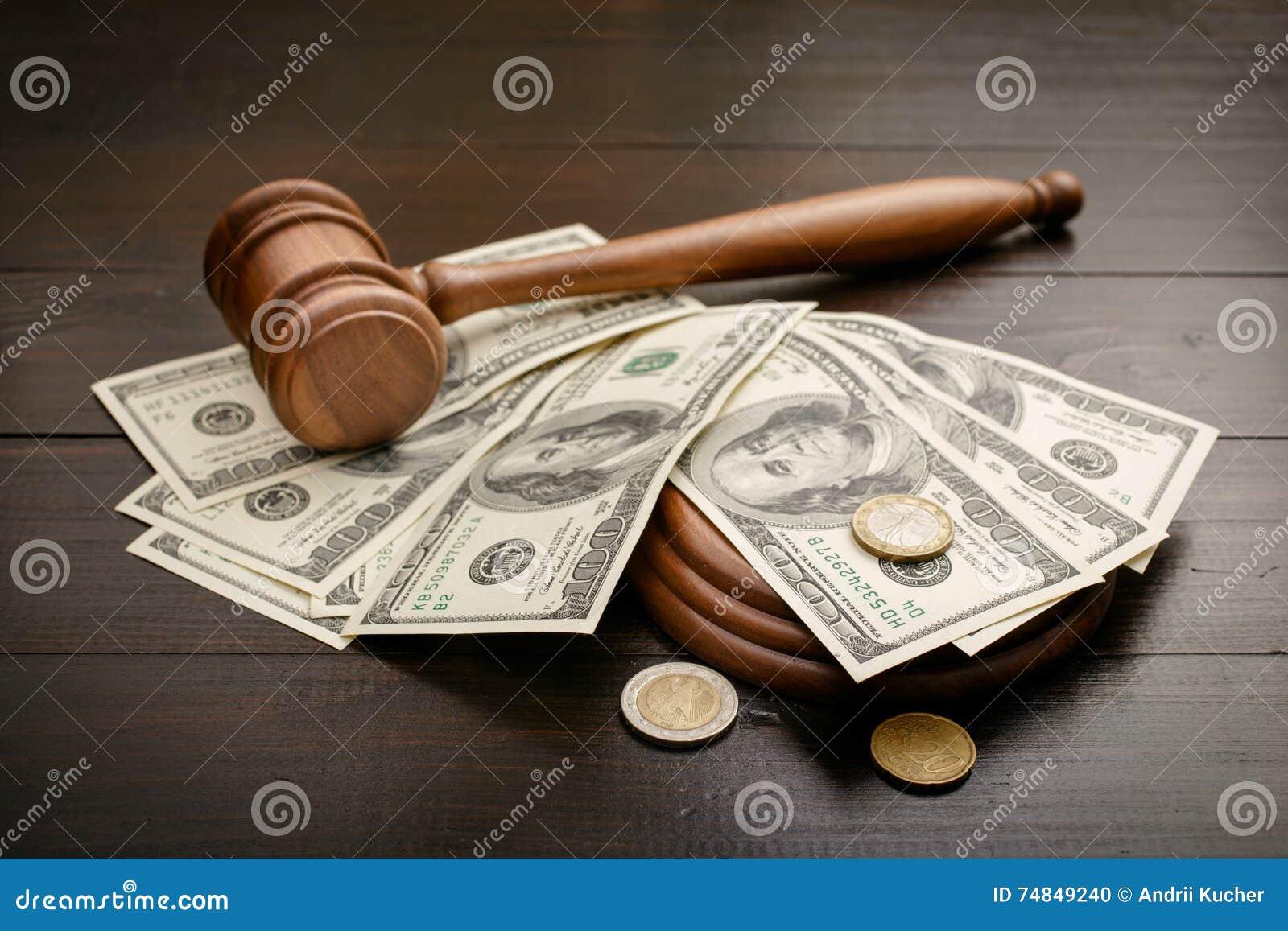 Молоток с долларами и центами