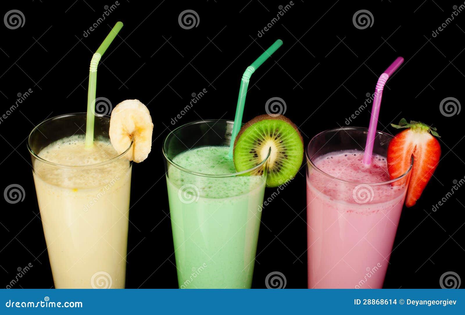 Молочный коктейль банана, кивиа и клубники и свежие fruis