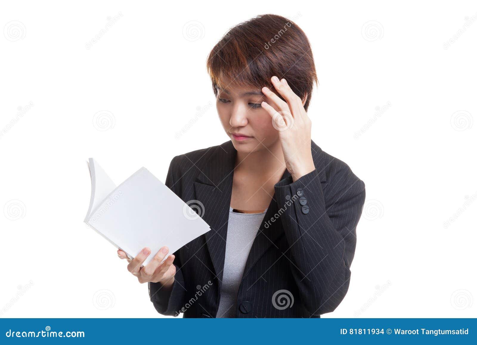 Молодая азиатская бизнес-леди полученная головную боль прочитала книгу