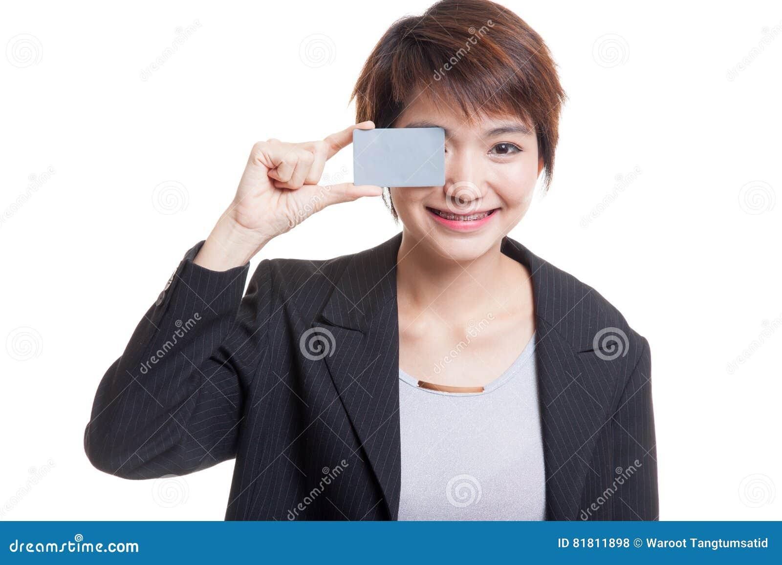 Молодая азиатская бизнес-леди с пустой карточкой над ее глазом