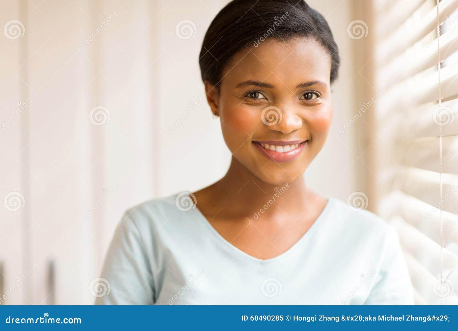 Молодая африканская женщина внутри помещения