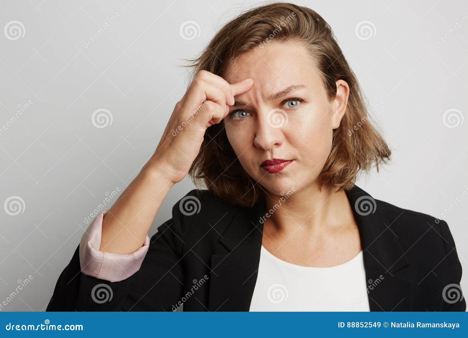 Молодая бизнес-леди совершила ошибка, фото студии на белой предпосылке