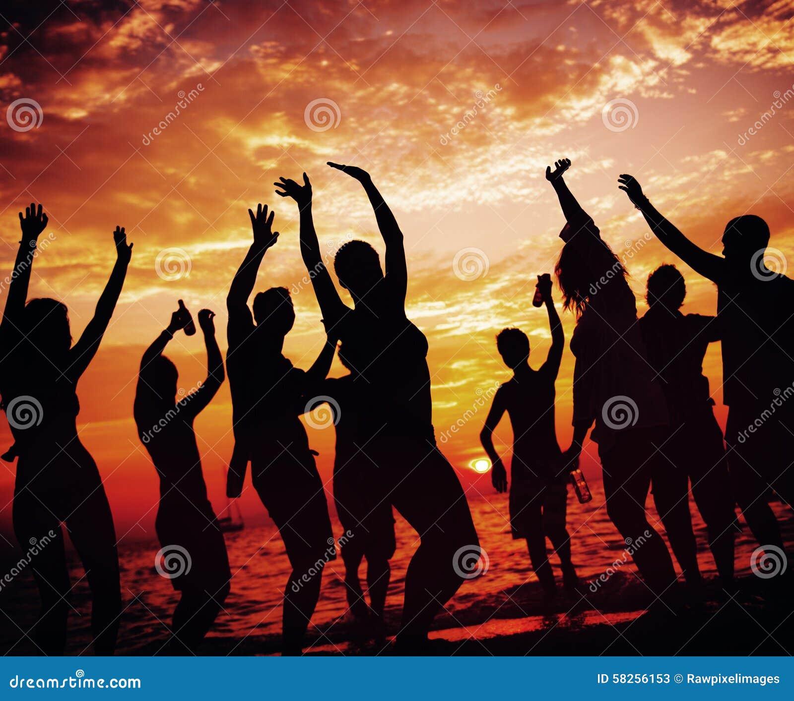 Молодая взрослая концепция танцев партии пляжа лета