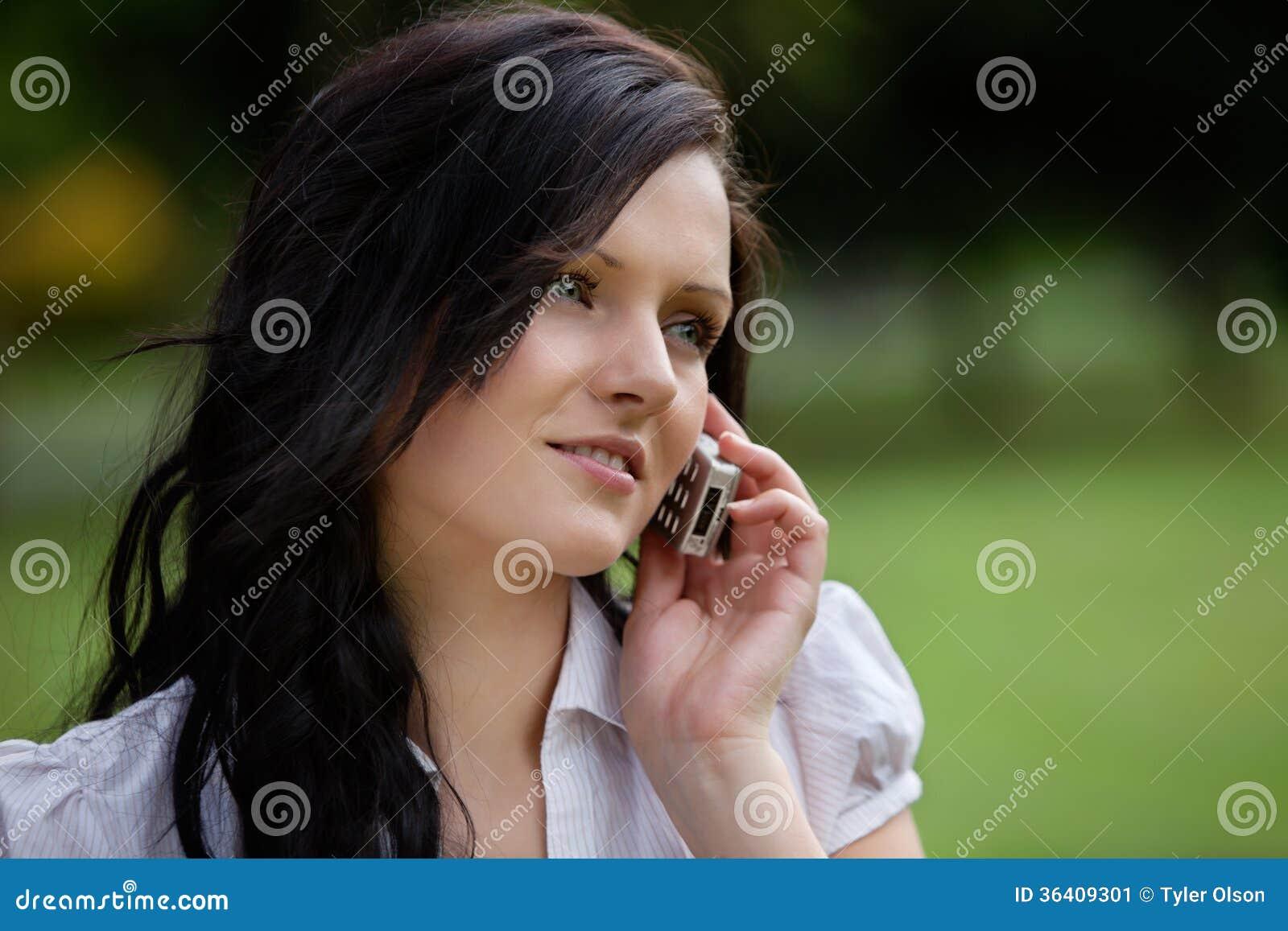 Молодая вскользь женщина на звонке
