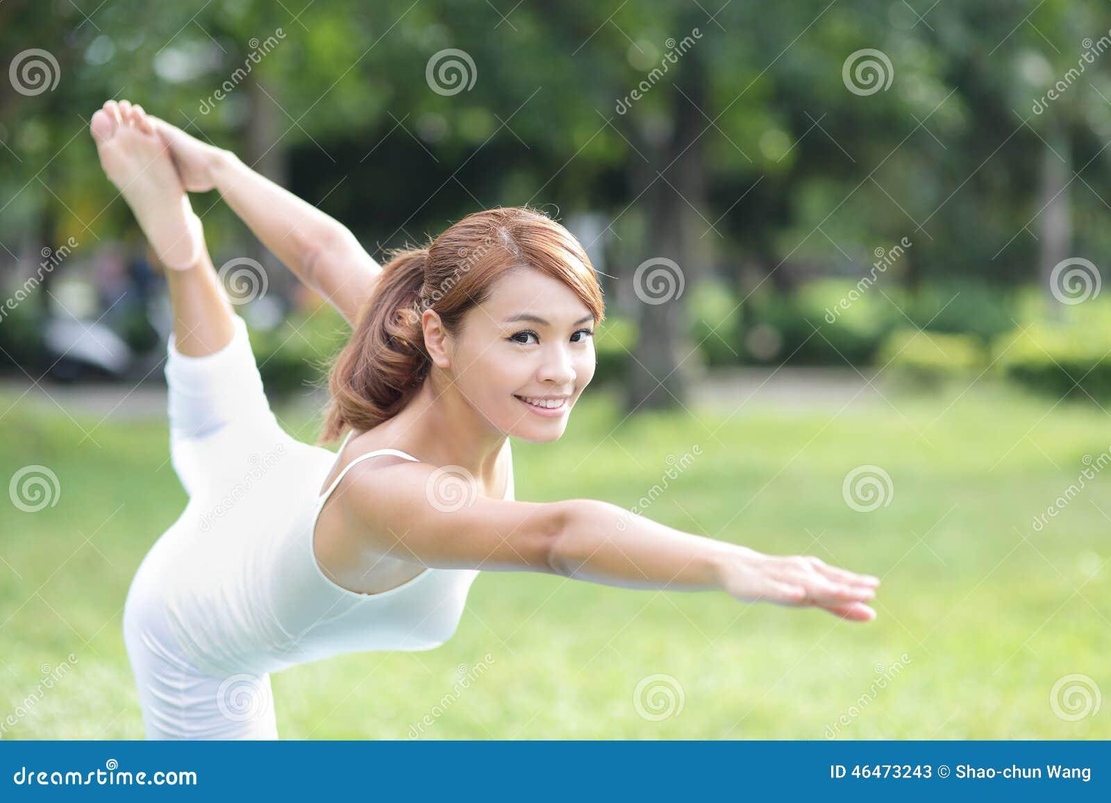 Молодая девушка спорта делает йогу