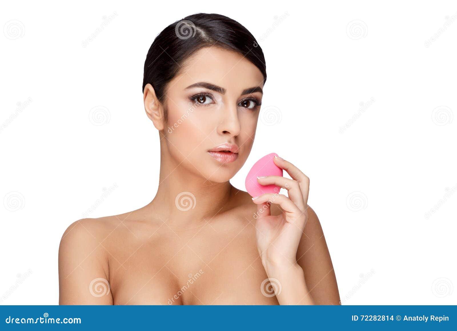 Download Молодая женщина брюнет с красивой чистой кожей Стоковое Фото - изображение насчитывающей сторона, косметика: 72282814