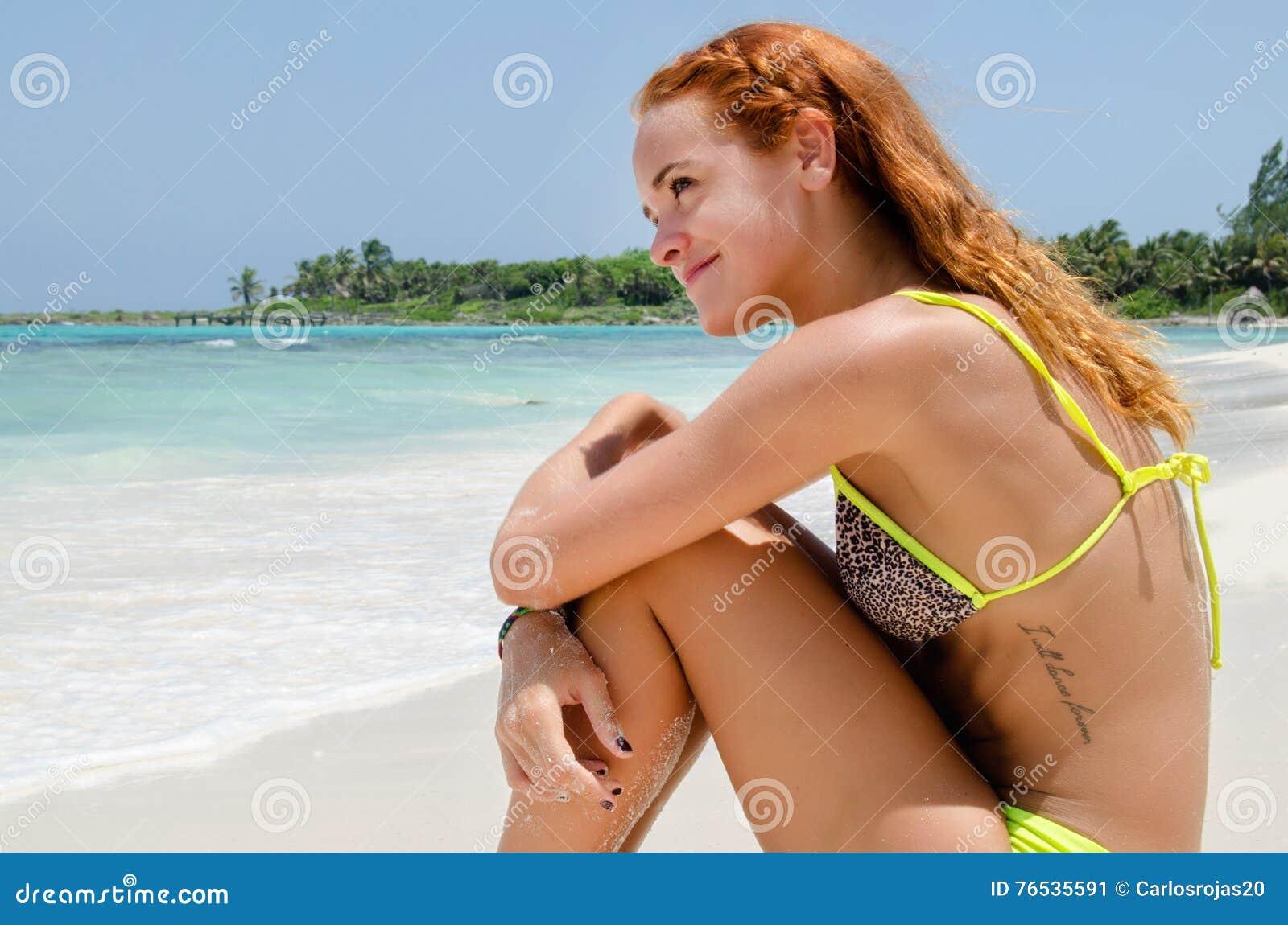 Молодая женщина видя пляж