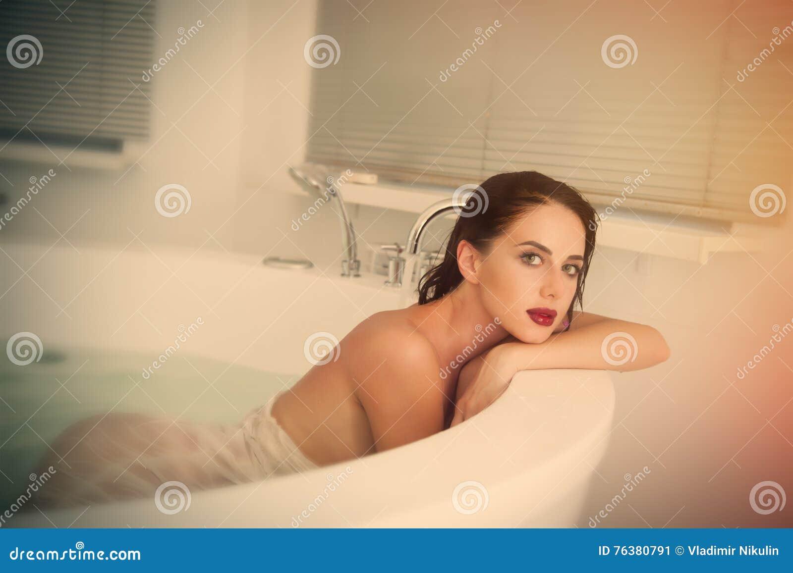 Фото молодая в ванне фото 277-464