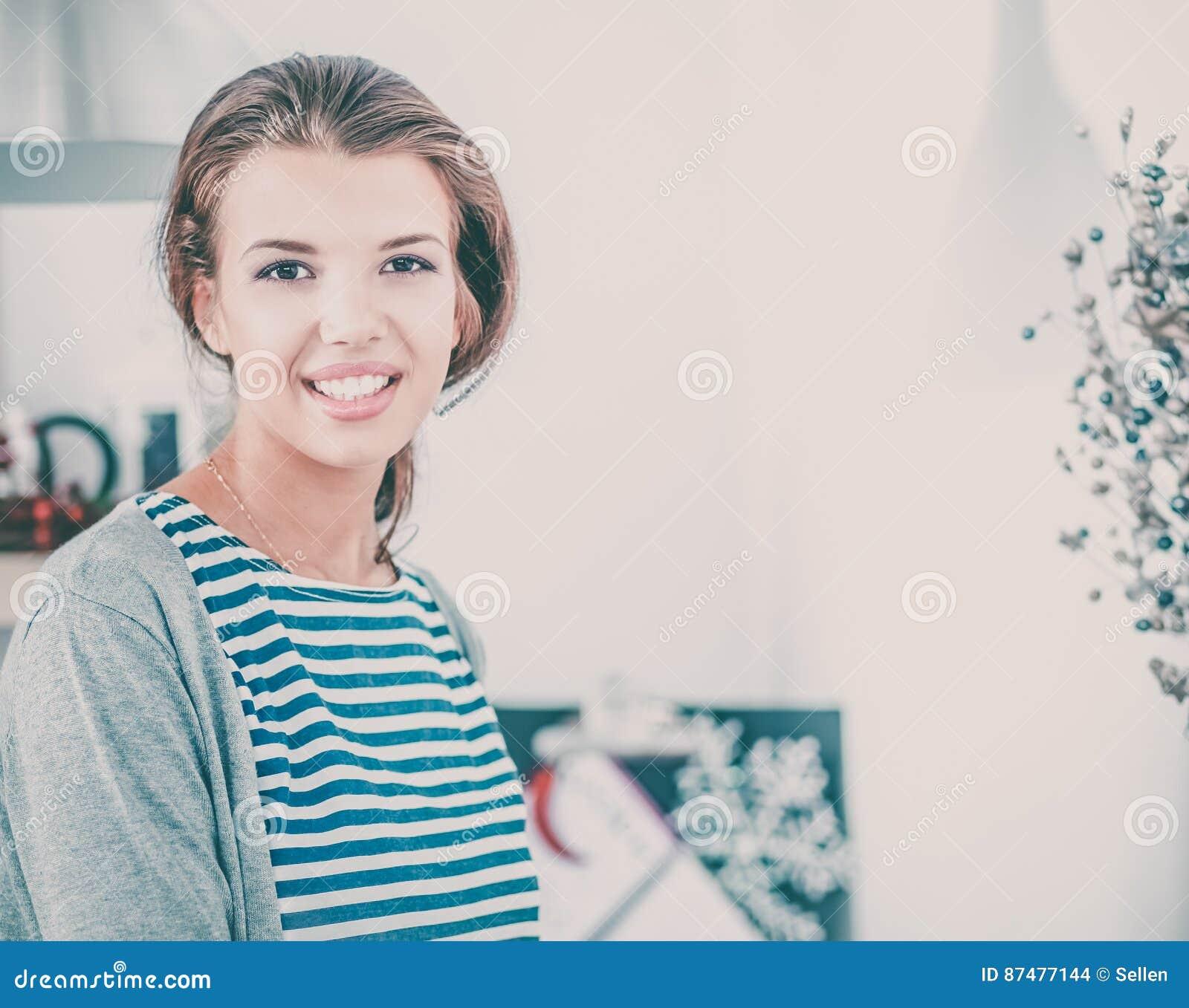 Молодая женщина в кухне с стеклами вина