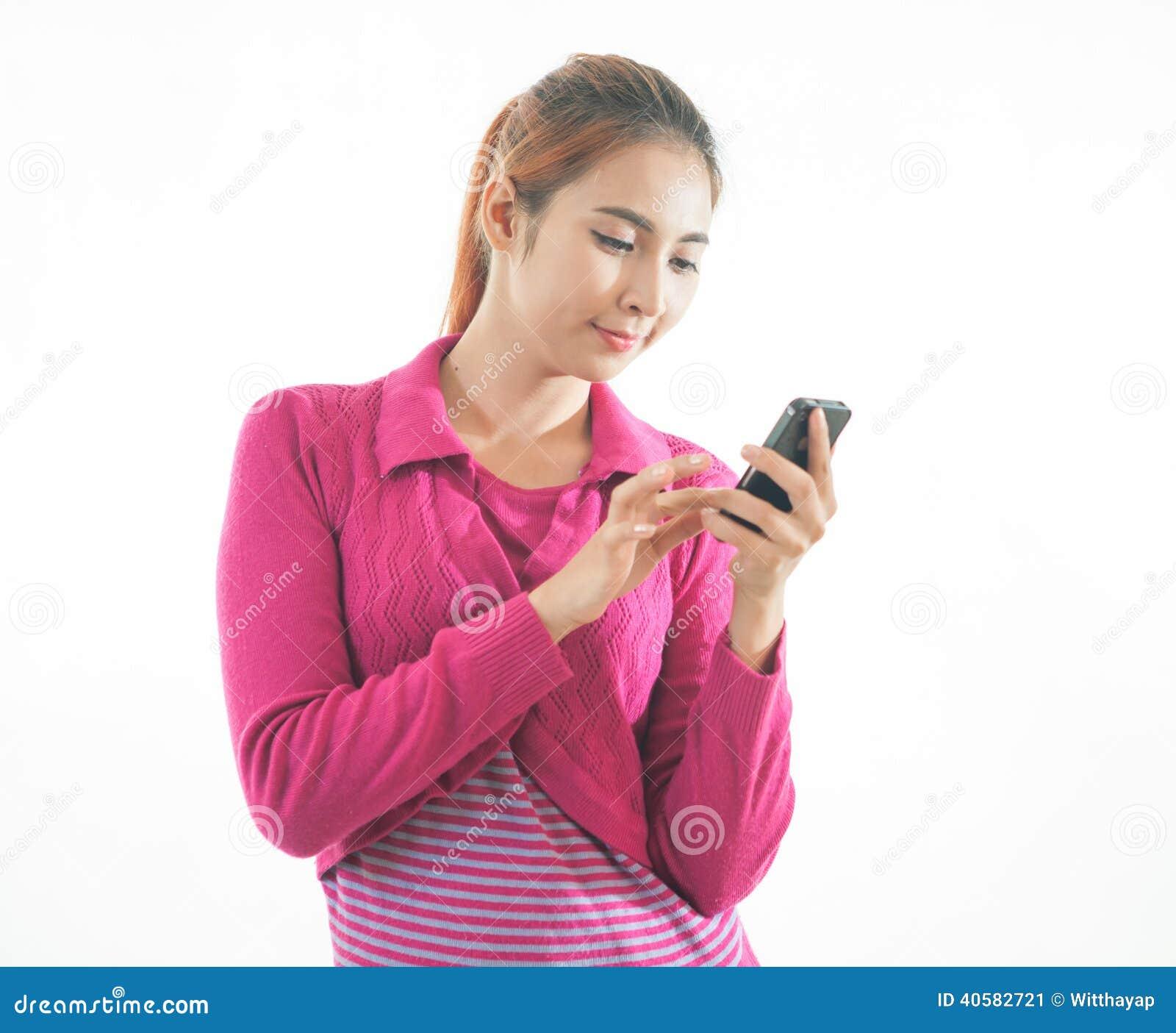 Молодая женщина держа умный телефон изолированный