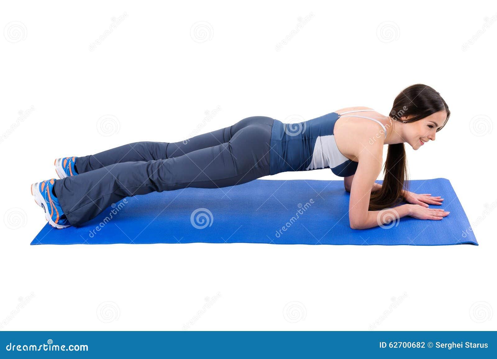 Молодая женщина делая разминку планки локтя