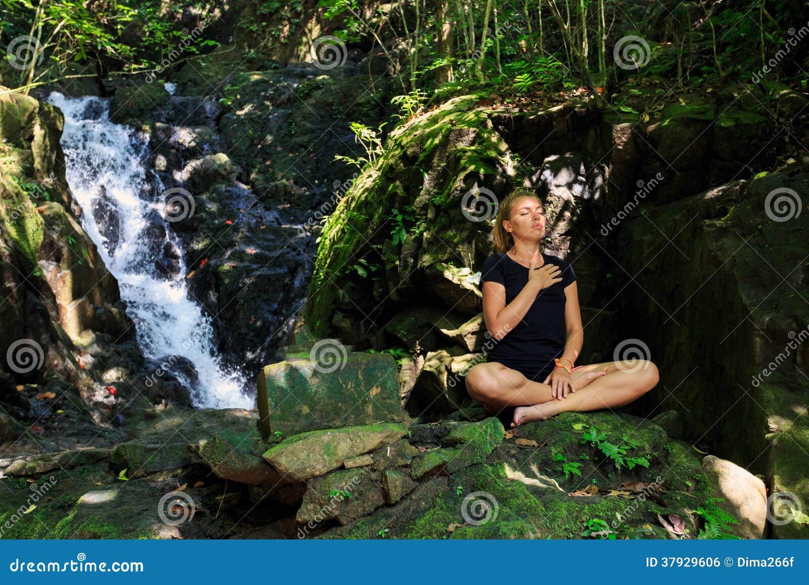 Молодая женщина делая размышлять