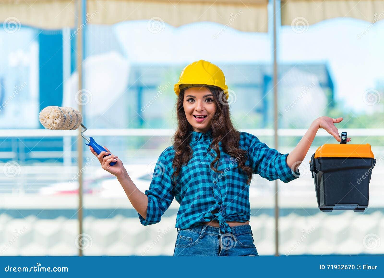 Молодая женщина делая улучшения дома