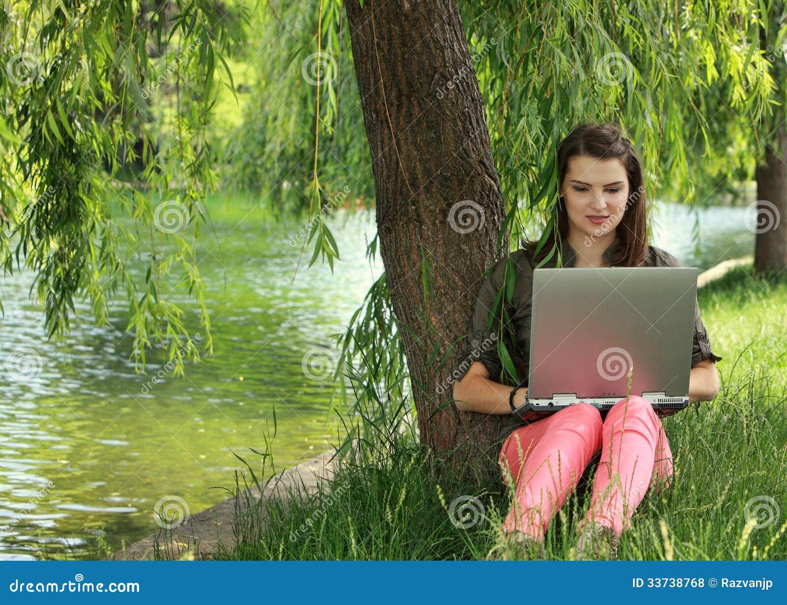 Молодая женщина изучая снаружи