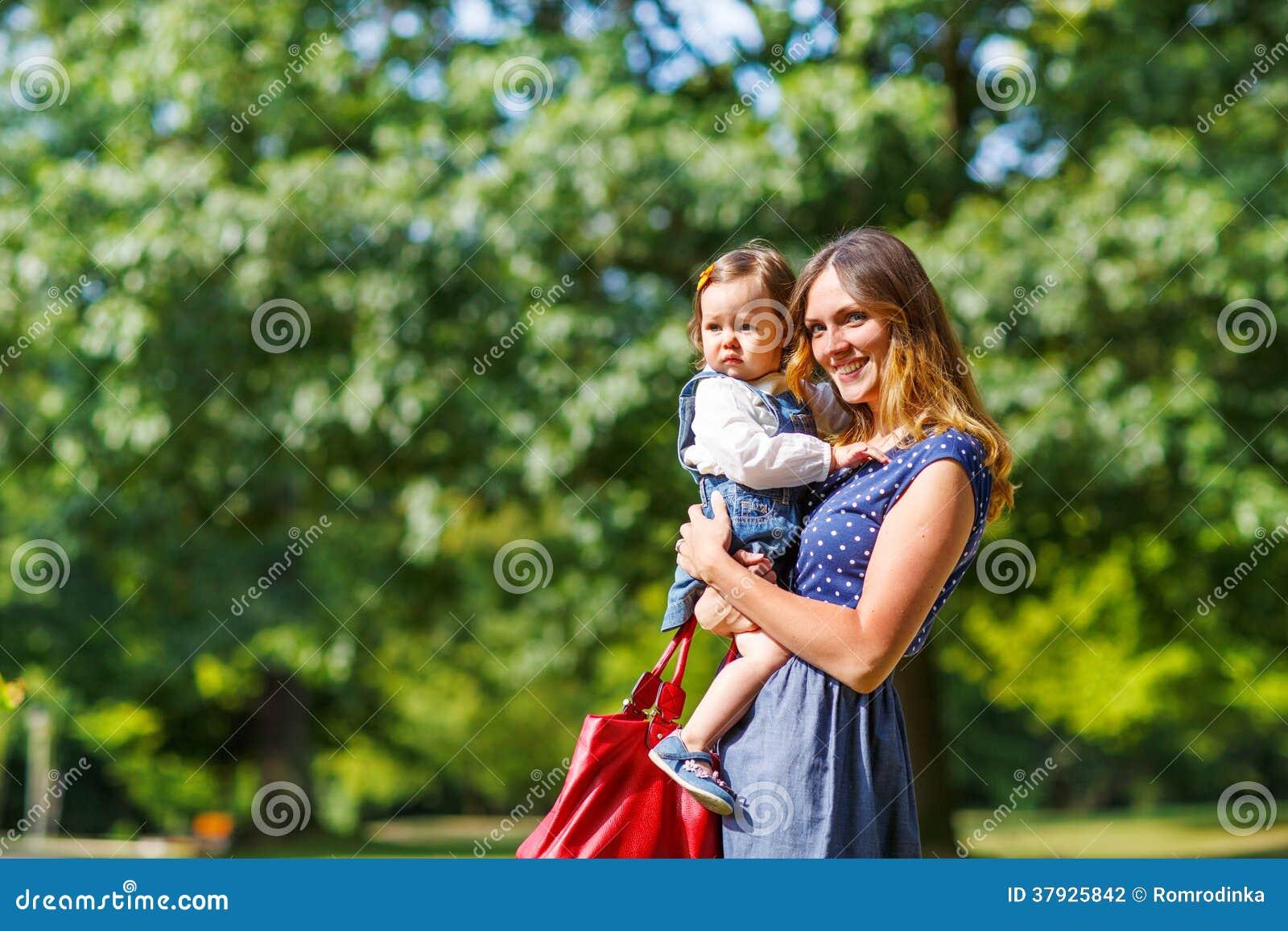 Молодая женщина и маленькая девочка одного года