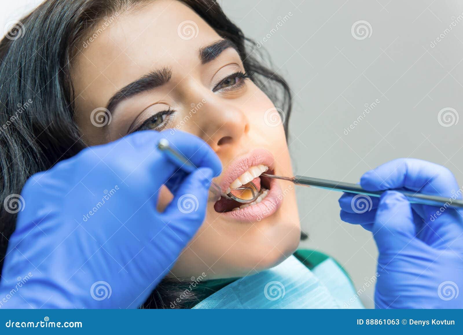 Молодая женщина на дантисте