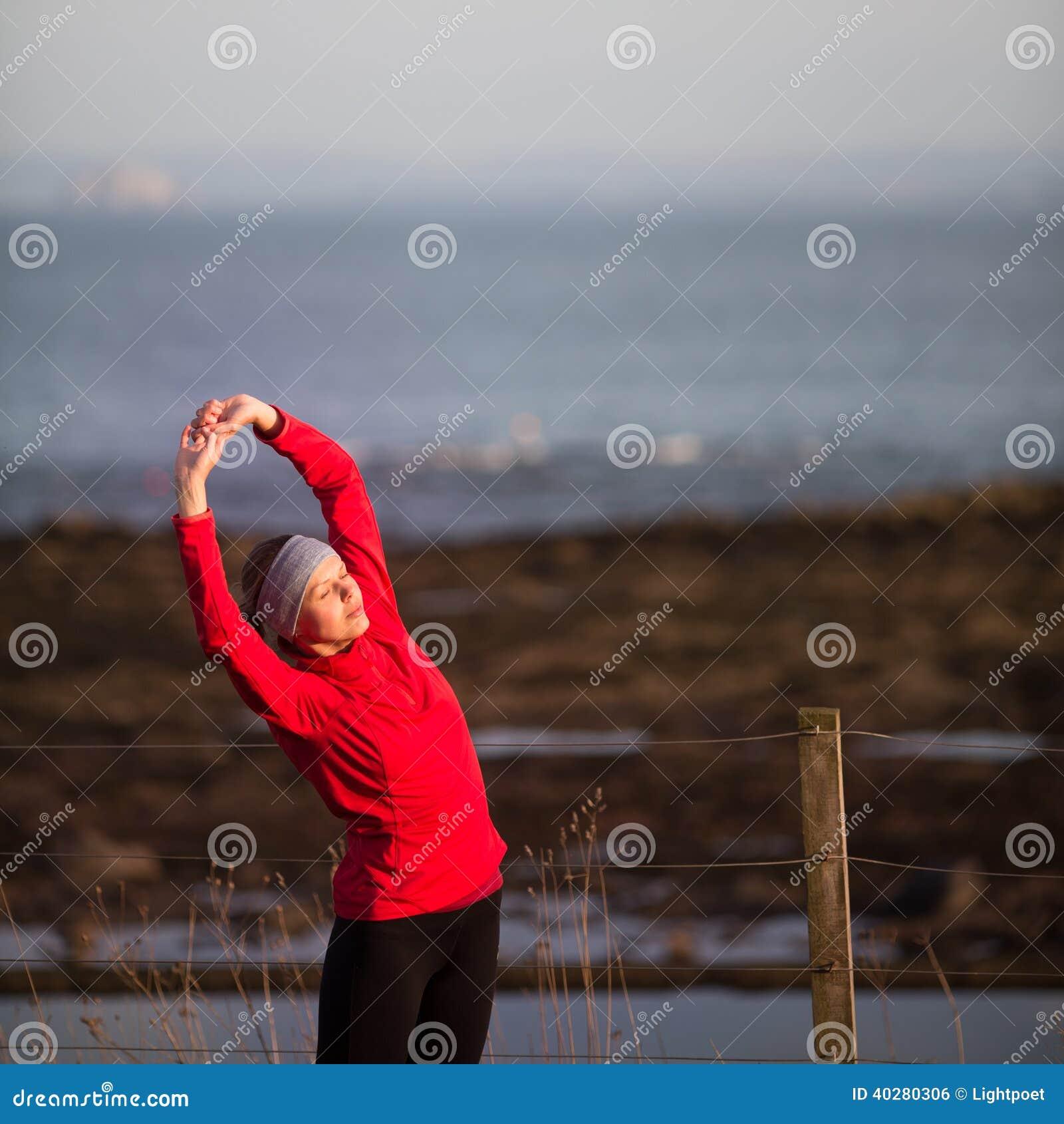 Молодая женщина на ее jog вечера