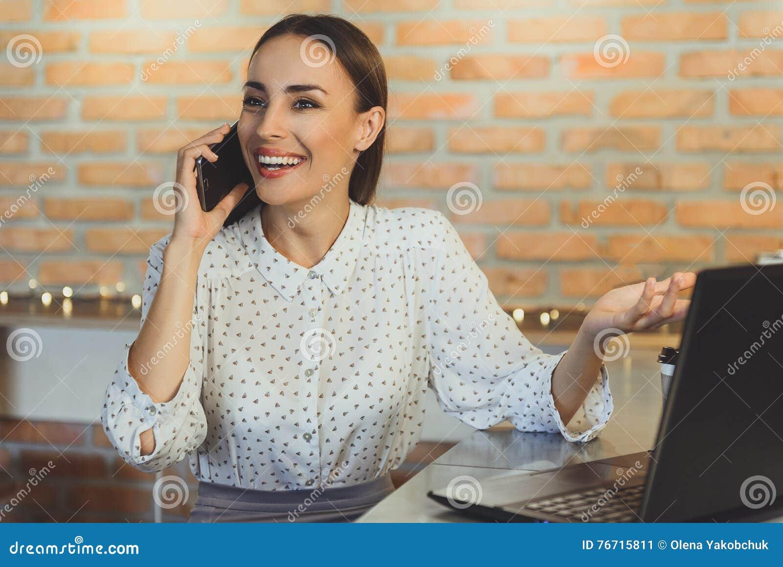 Молодая женщина ослабляя в интернет-кафе