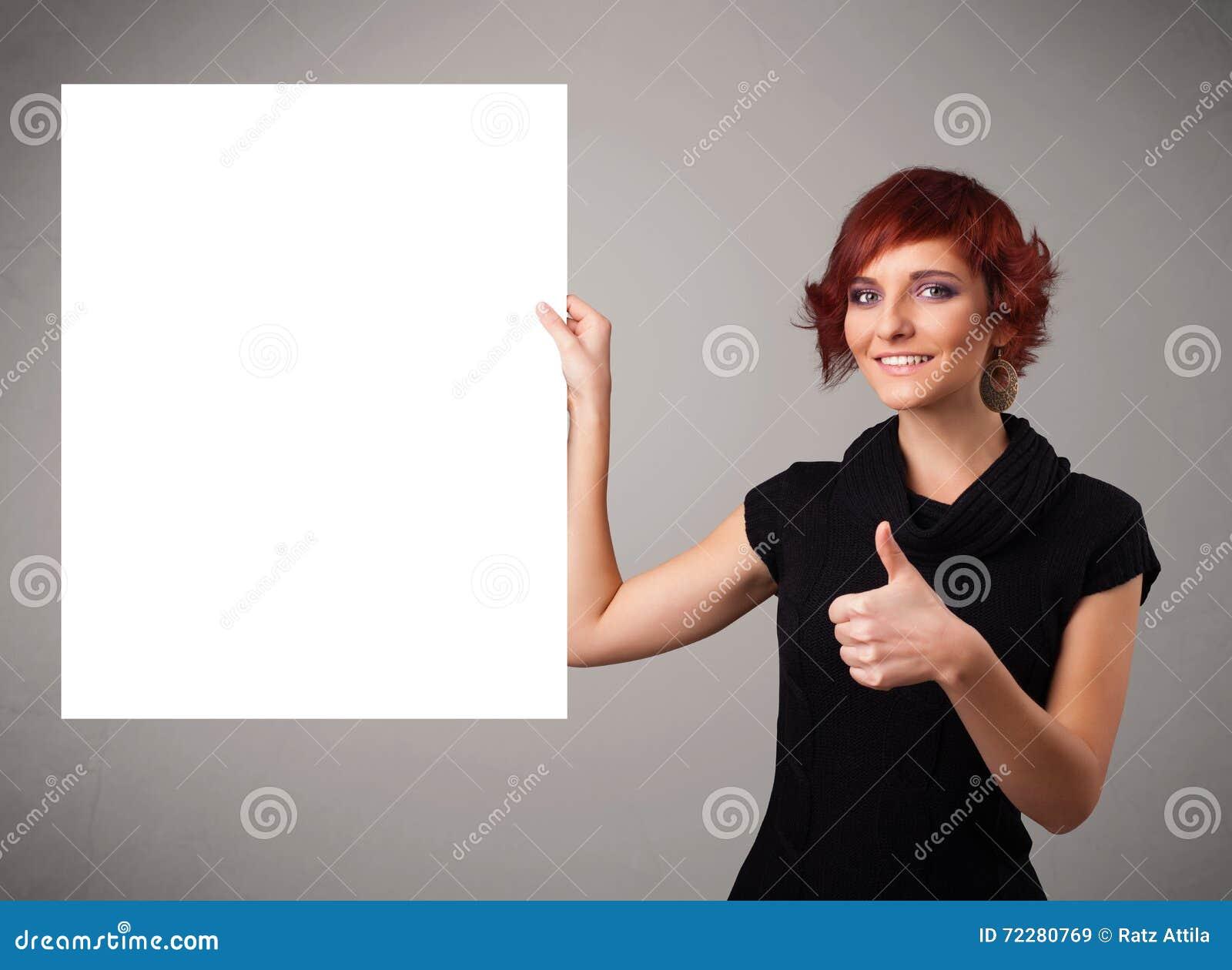Download Молодая женщина представляя космос экземпляра белой бумаги Стоковое Изображение - изображение насчитывающей карточка, свеже: 72280769