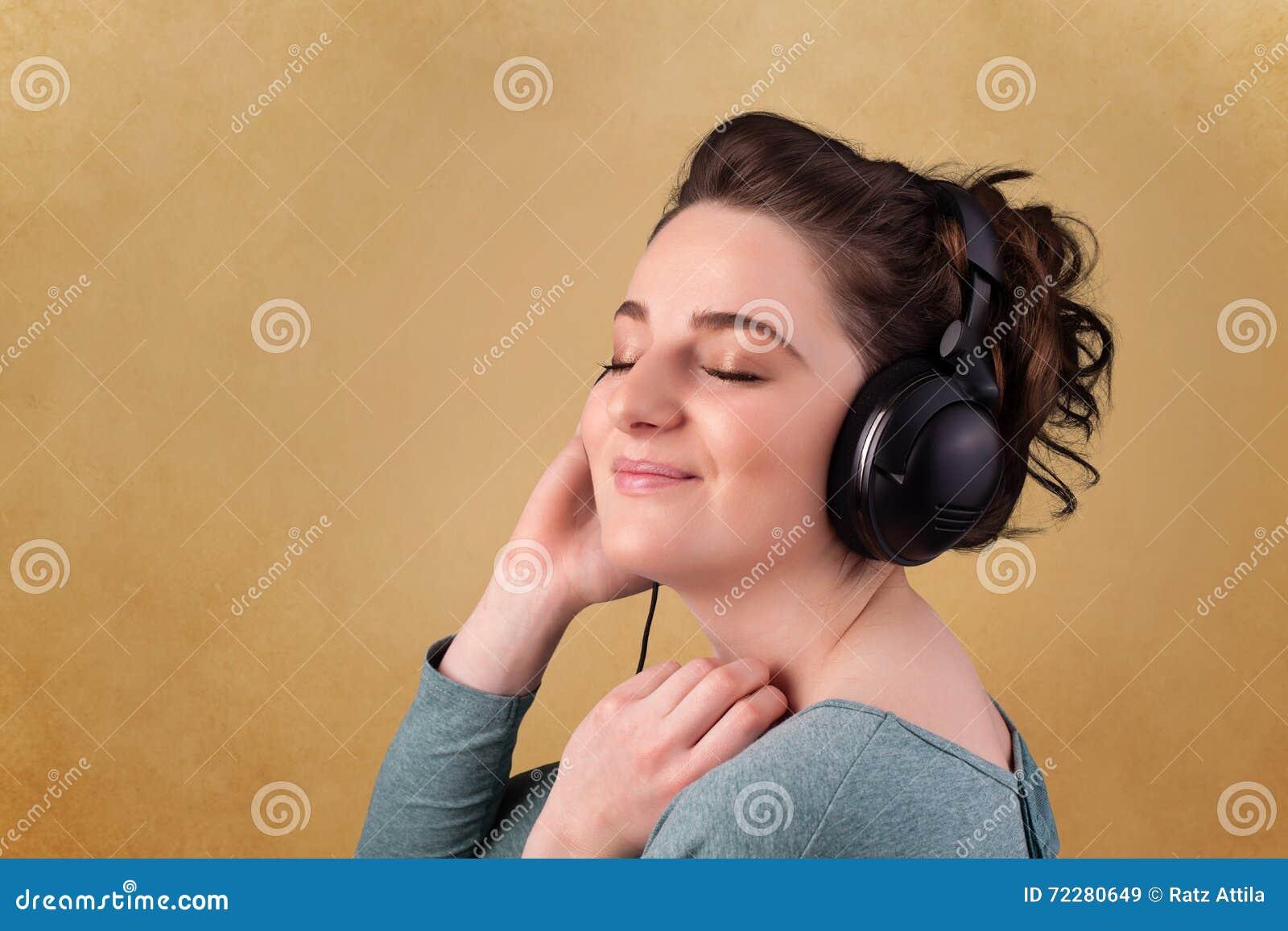Download Молодая женщина с наушниками слушая к музыке с космосом экземпляра Стоковое Изображение - изображение насчитывающей пусто, самомоднейше: 72280649